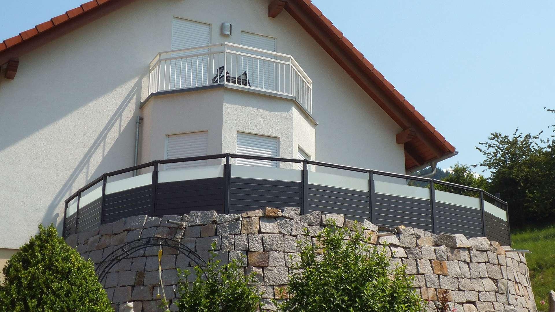 Balkon mit Alu-Geländer an einem Einfamilienhaus