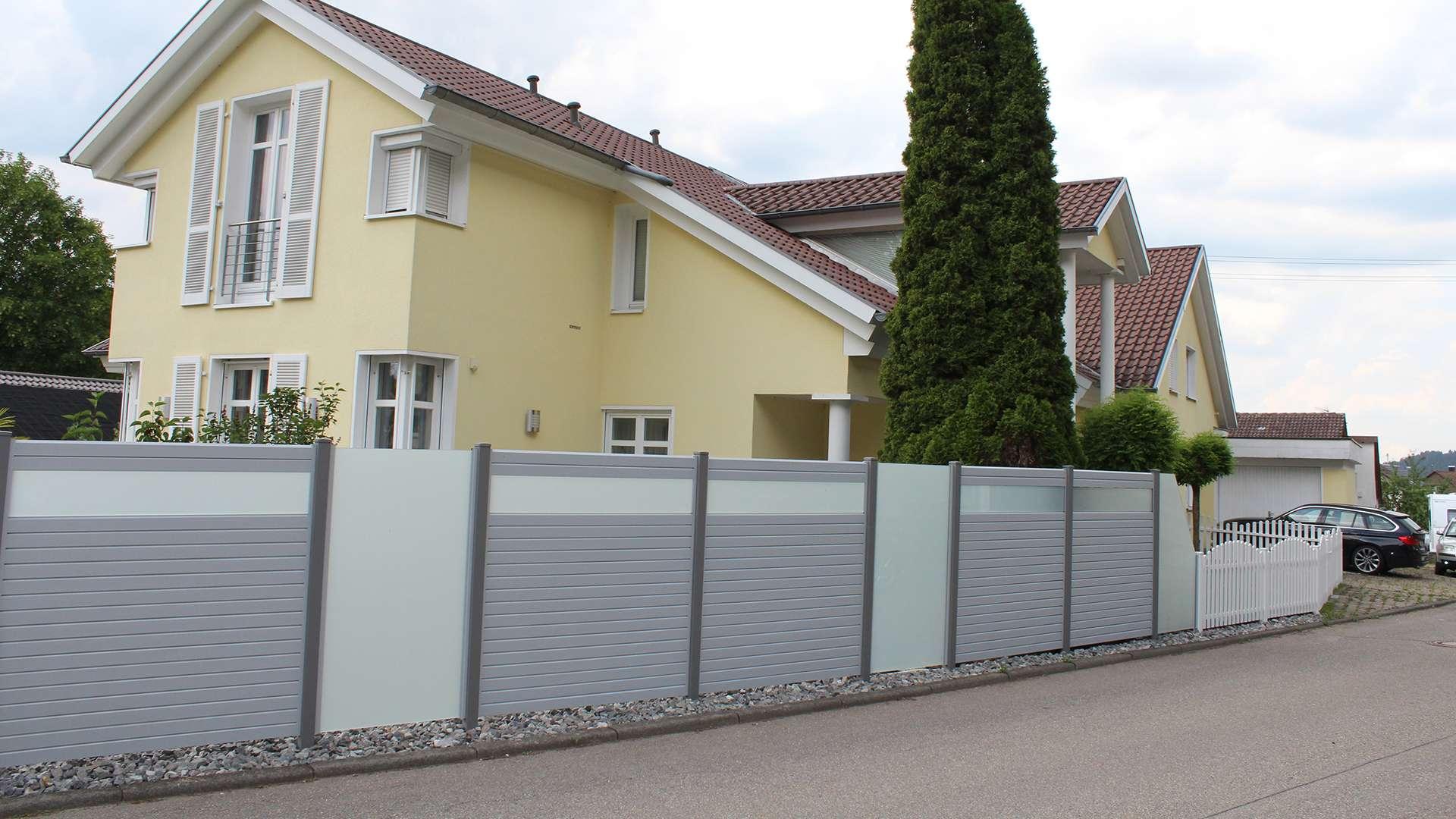 Alu-Sichtschutz-Wand vor einem Wohnhaus