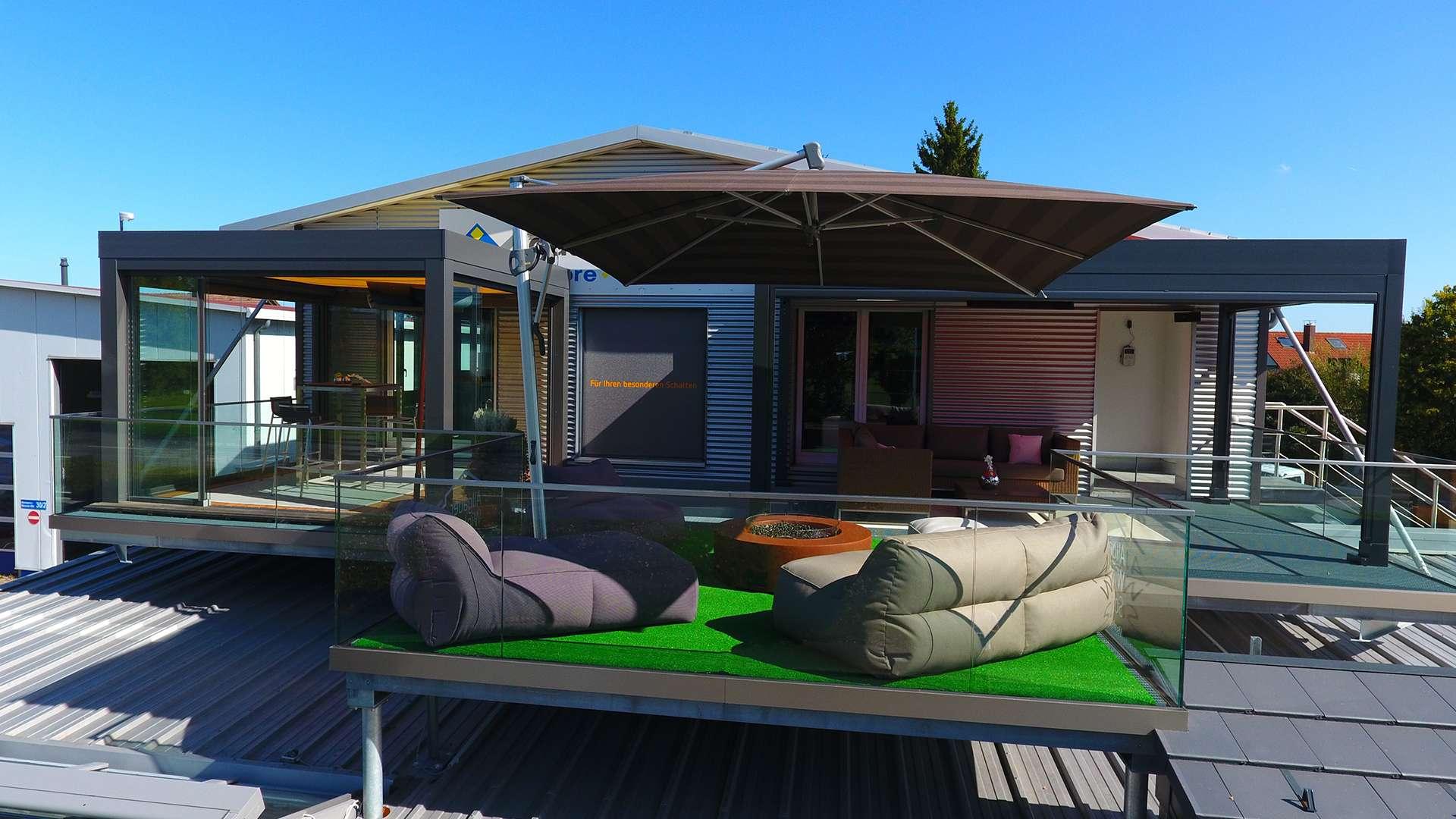 Dachterrasse mit Terrassendächer und Sonnenschirmen in der Ausstellung von Allgäuer Wintergärten in Leutkirch im Allgäu