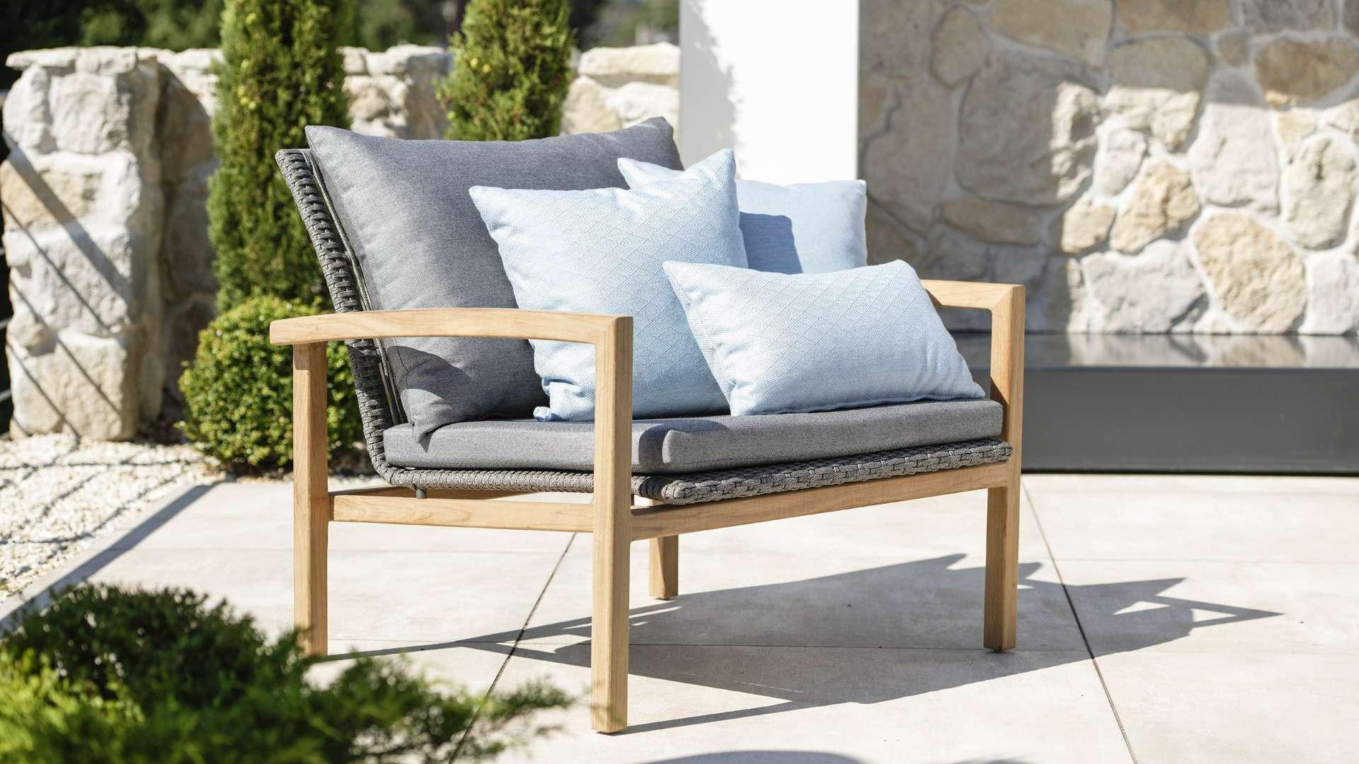 Lounge Sessel mit Kissen auf einer Terrasse