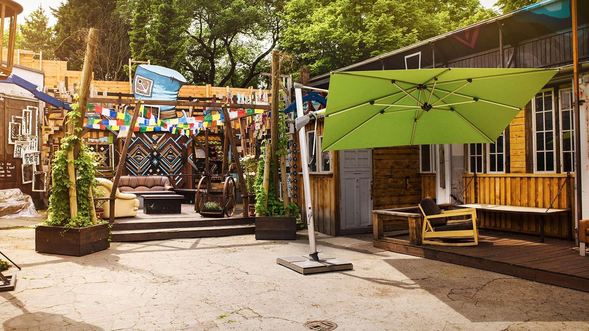 grüner Sombrano Sonnenschirm in einem Hippi-Viertel