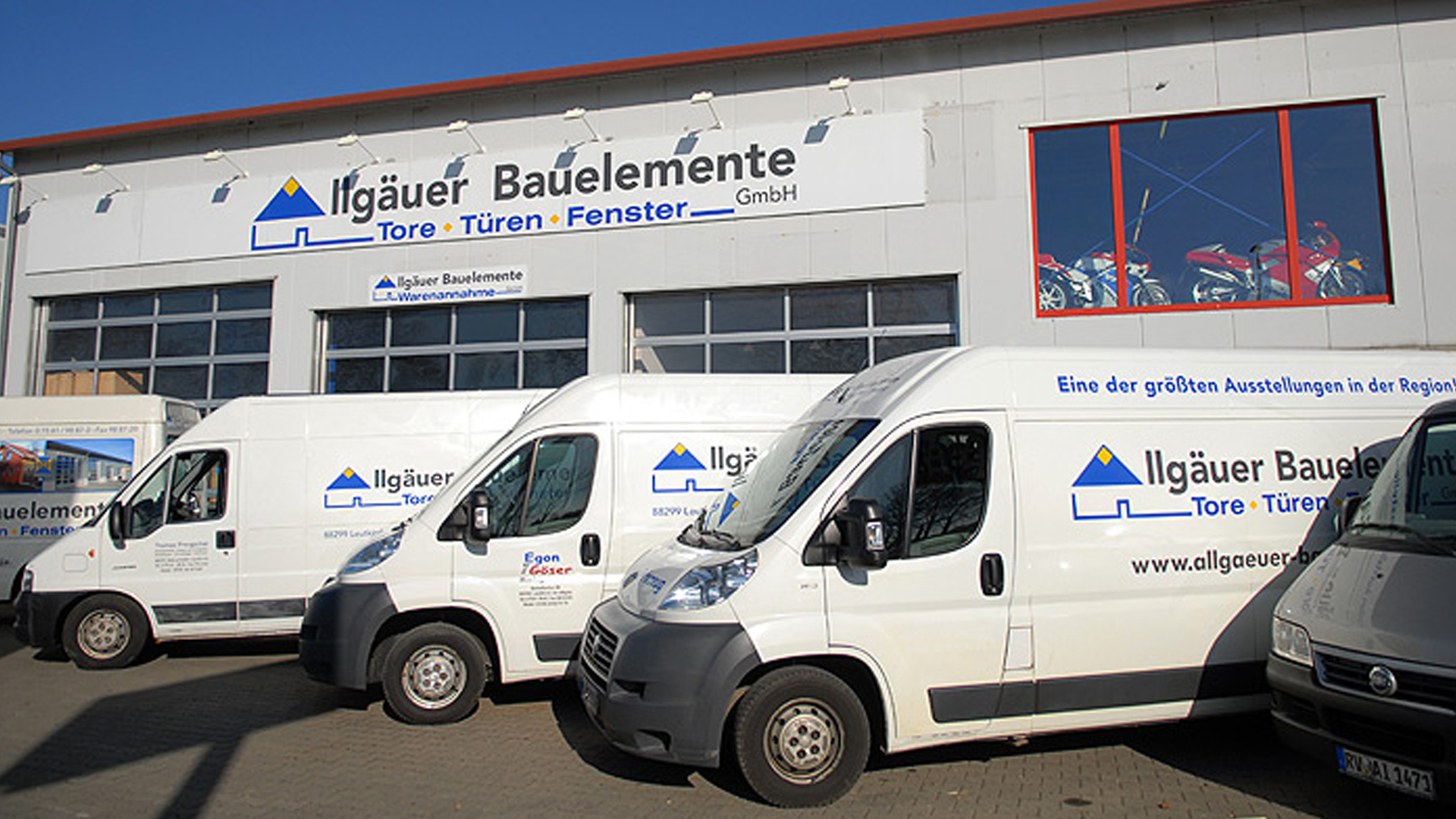 Firmenwagen vor der Produktion von Allgäuer Wintergärten in Leutkirch im Allgäu