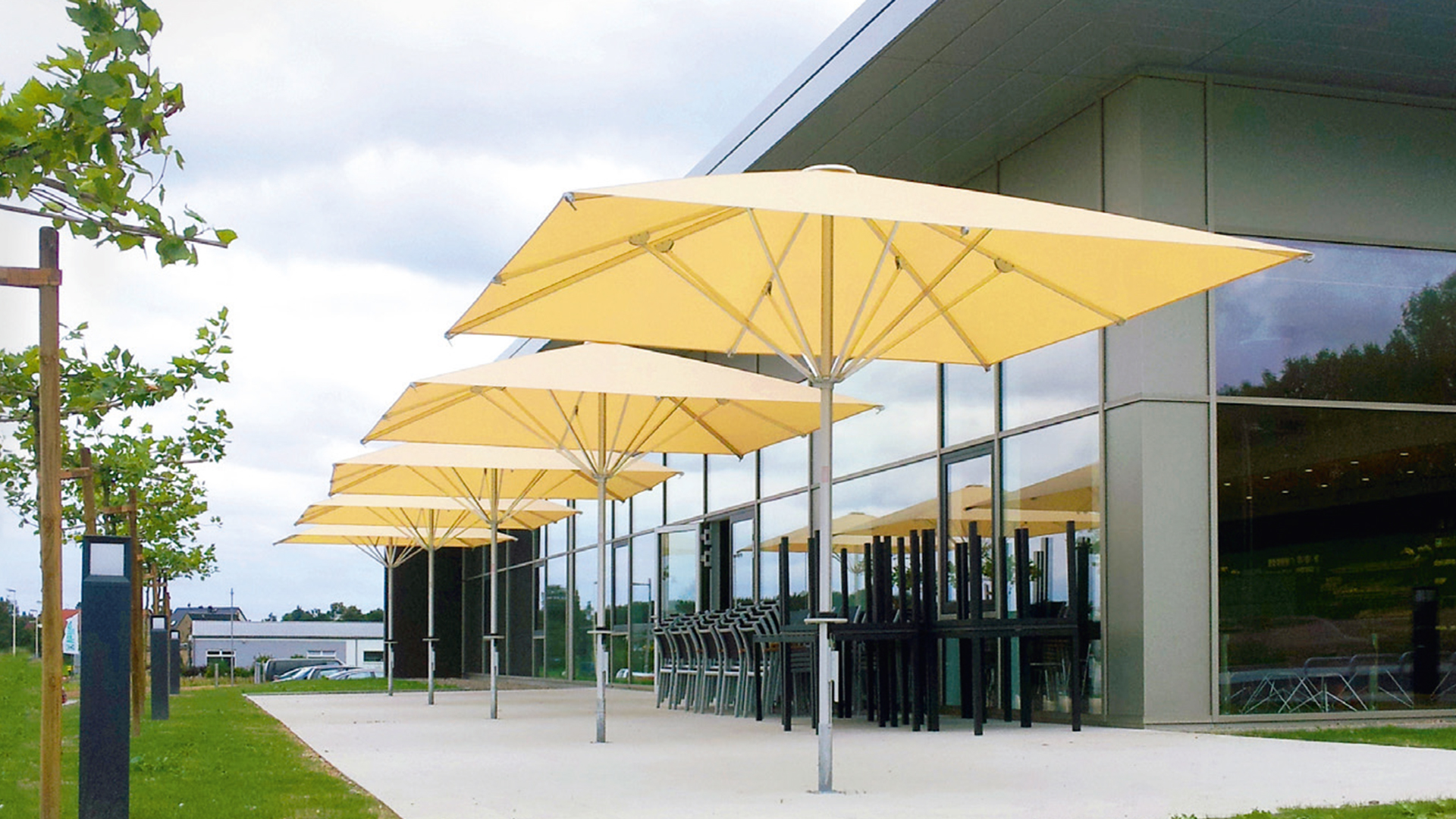 mehrere Easy Sonnenschirme neben einem Firmengebäude