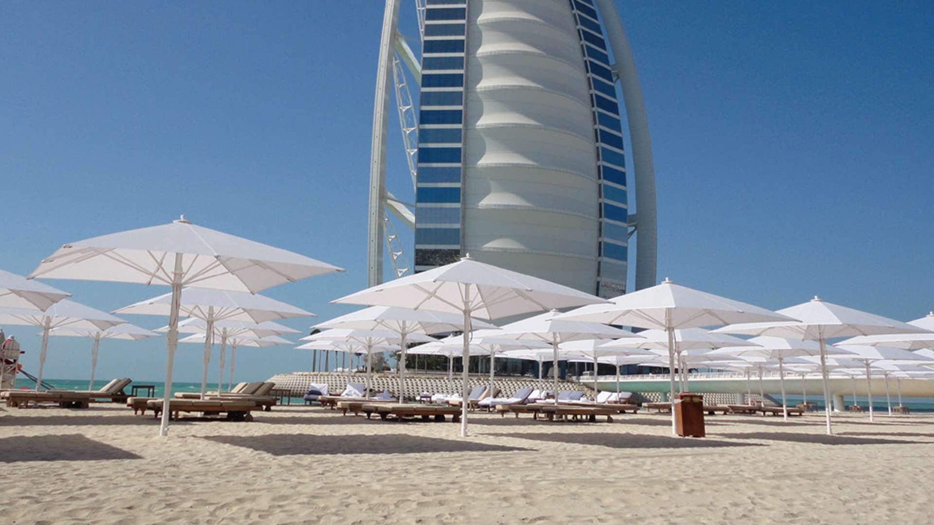 Jumbrella Sonnenschirme am Strand vor einem Hotel in Dubai