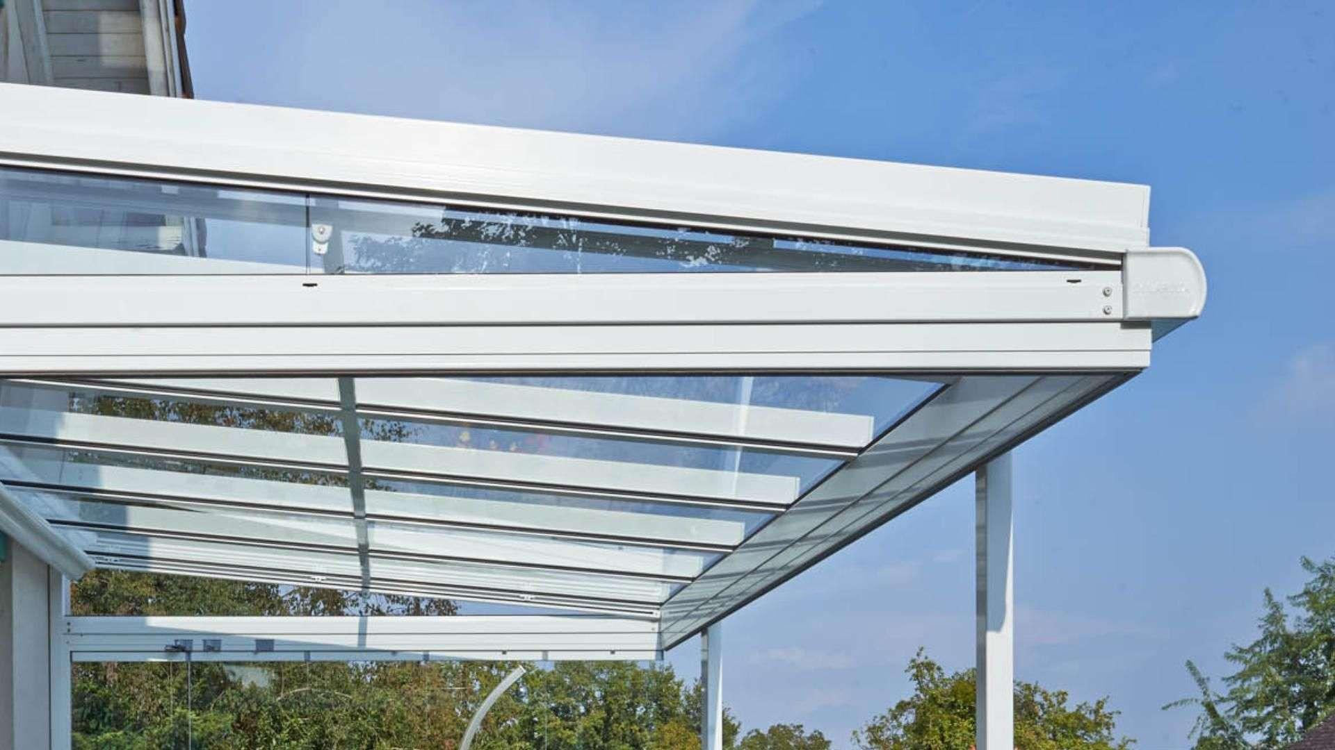 Seitliche Ansicht eines weißen Solarlux Terrassendach mit Pultdach