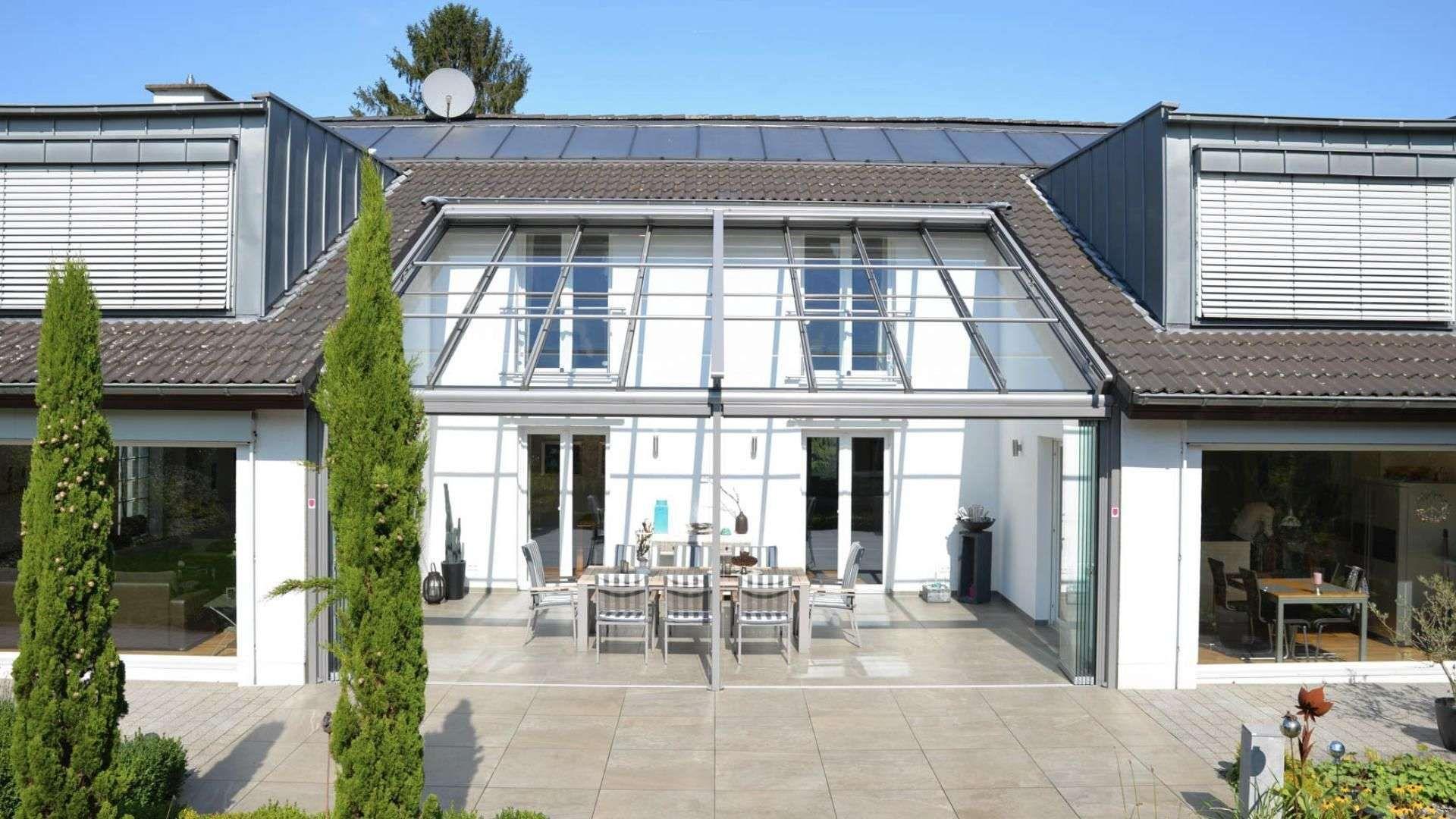 In einer Nische platziertes Solarlux Terrassendach zwischen modernen Häusern