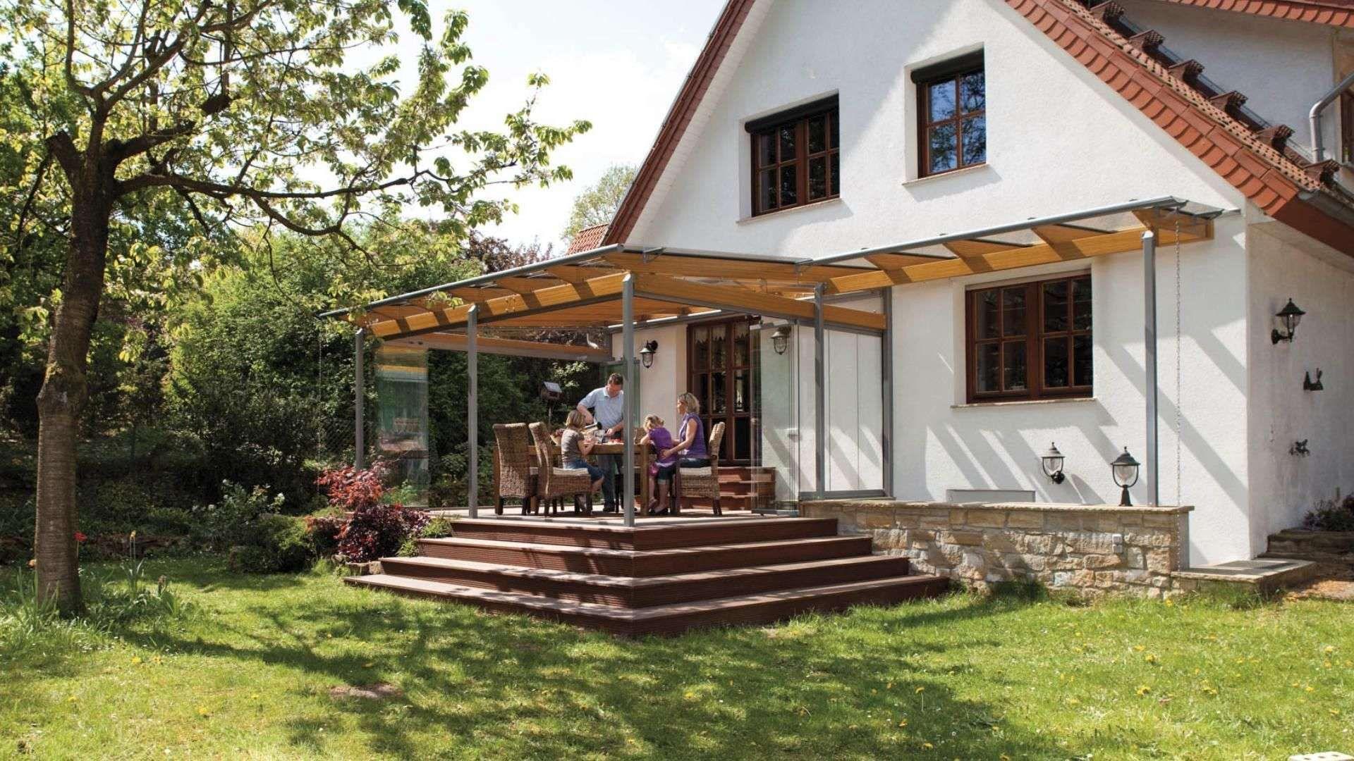 Wohnhaus mit Solarlux Terrassendach, über welches man über vier Stufen in den Garten gelangt