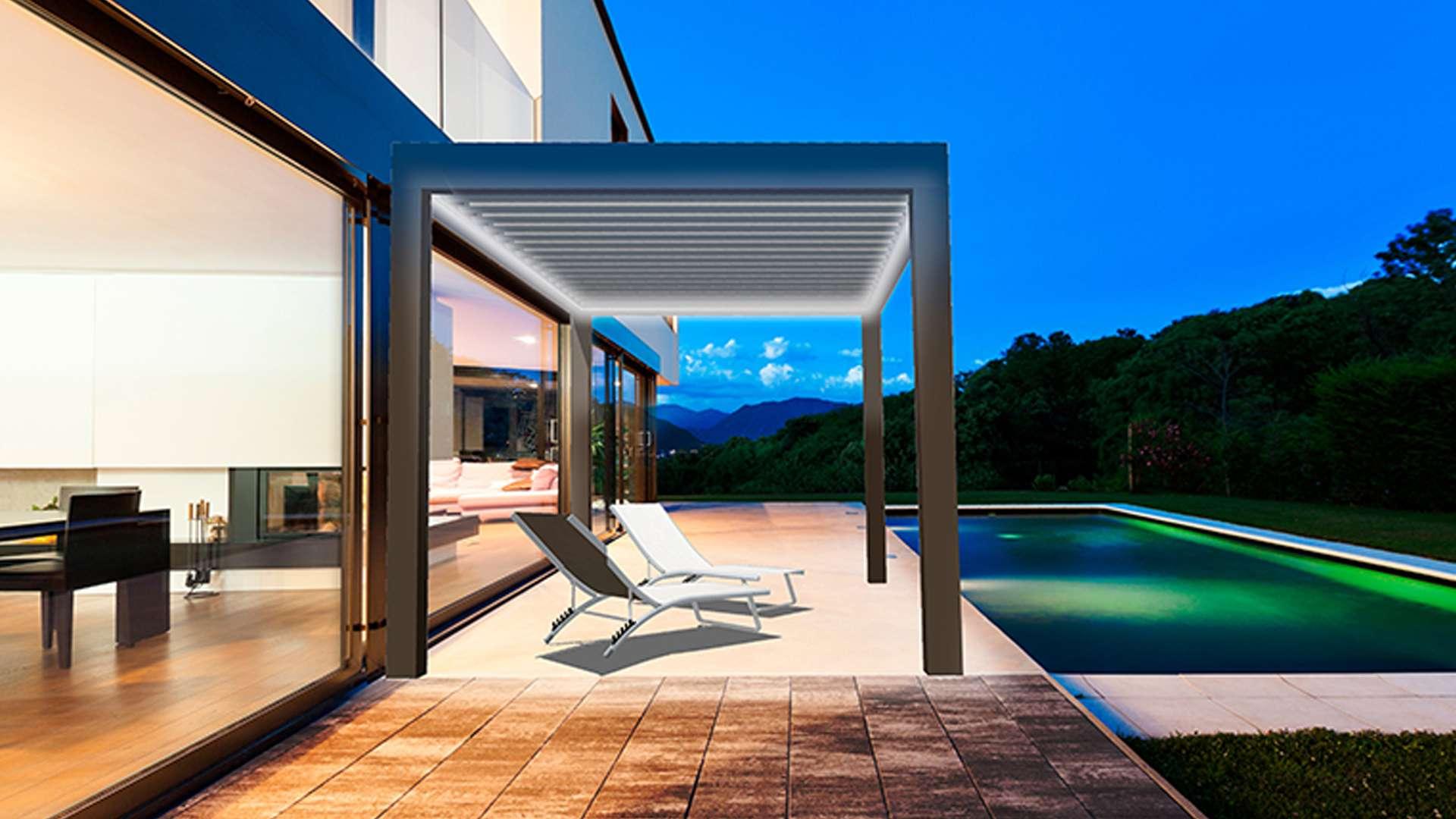 Lamellendach auf einer Terrasse neben einem Pool