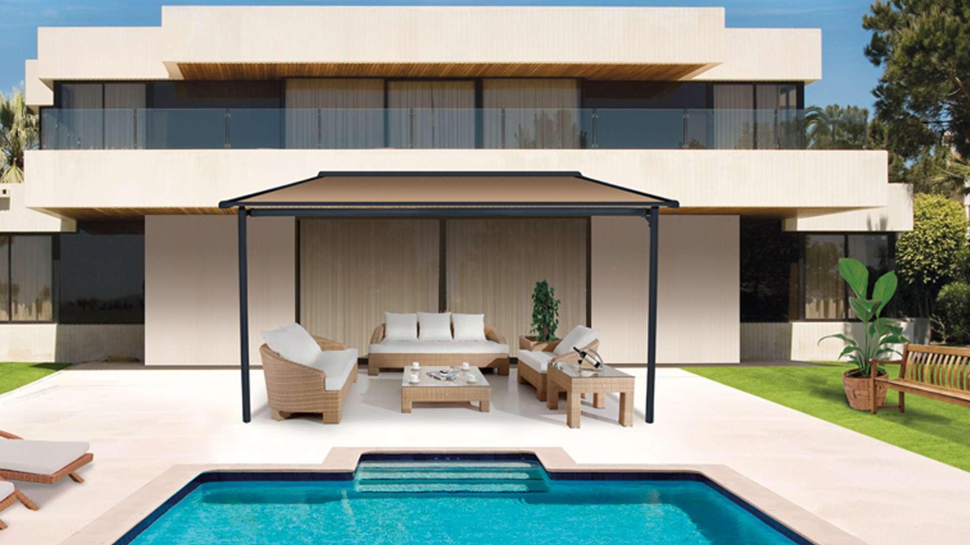Markise an einem Wohnhaus mit Pool