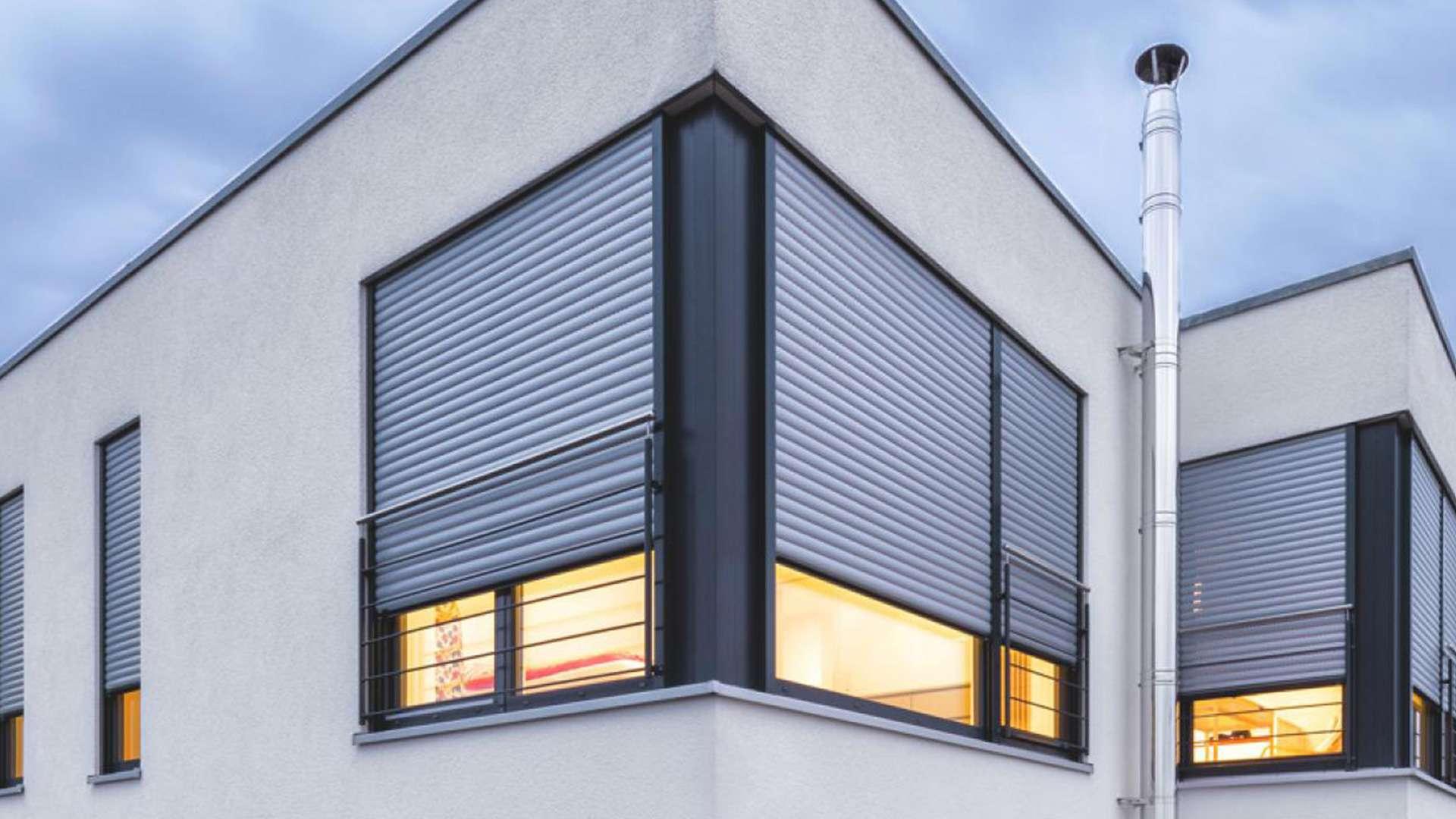 Hausecke mit zwei Rollladen vor den Fenstern