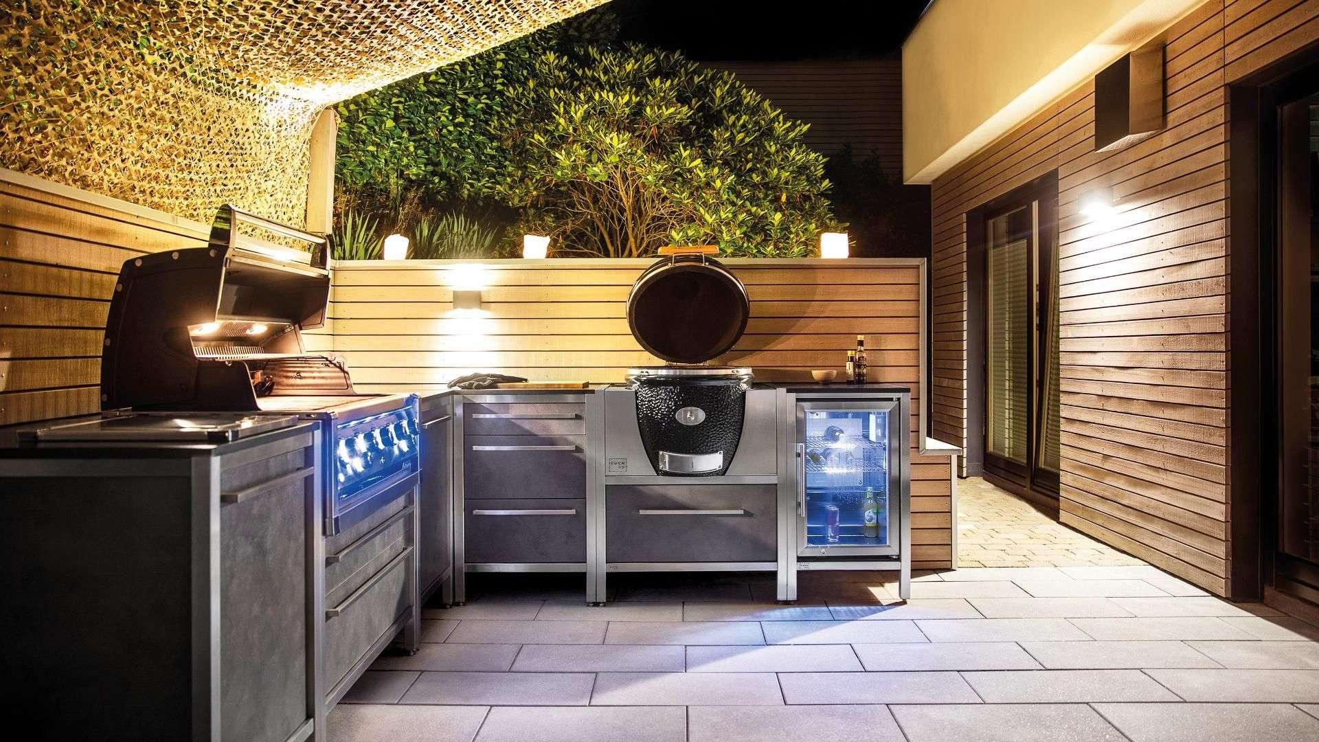 Burnout Outdoorküche auf einer Terrasse bei Nacht