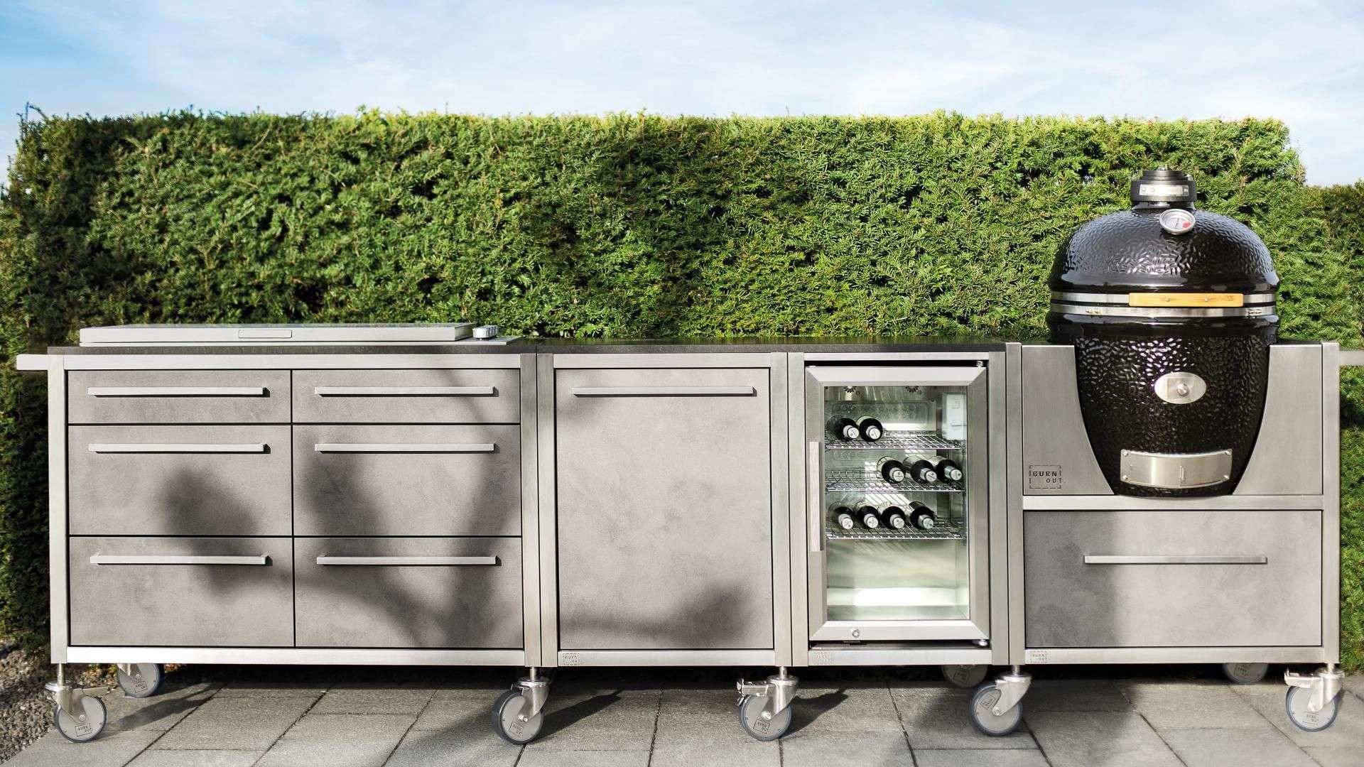 Burnout Outdoorküche mit Grill auf einer Hecke