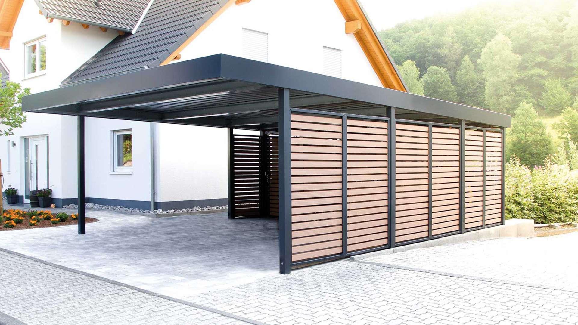 Carport mit seitlichen Sichtschutz auf dem Hof eines Einfamilienhauses