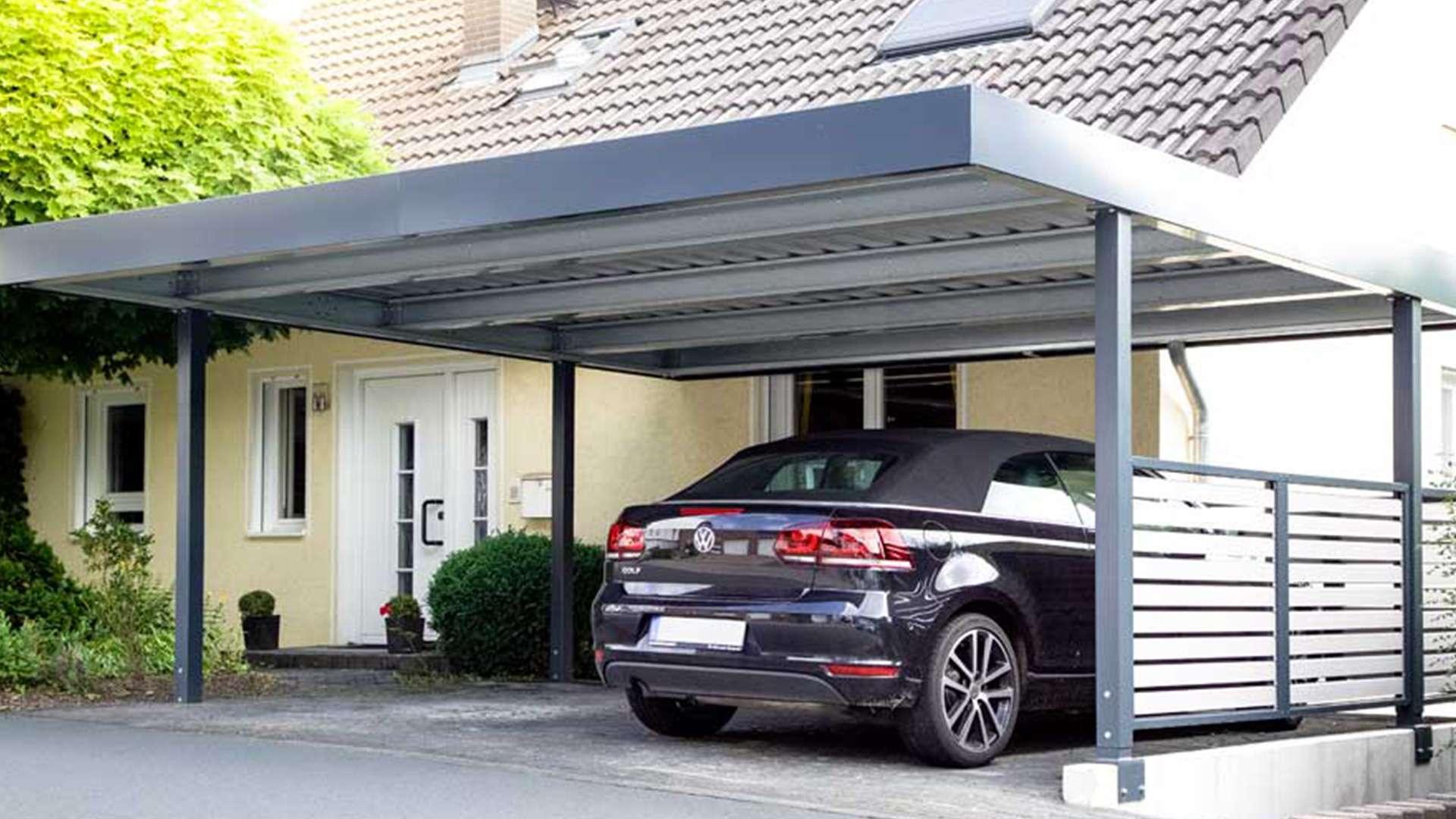 Auto, welches unter einem Carport eines Einfamilienhauses steht