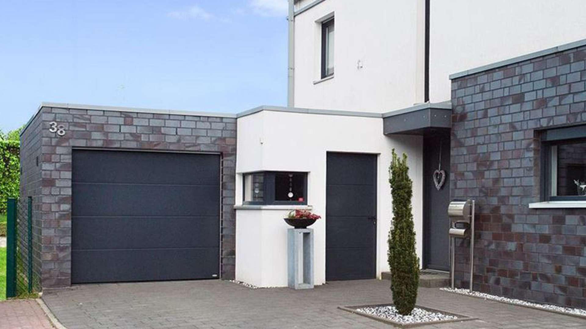moderner Neubau mit Garage neben der Haustür