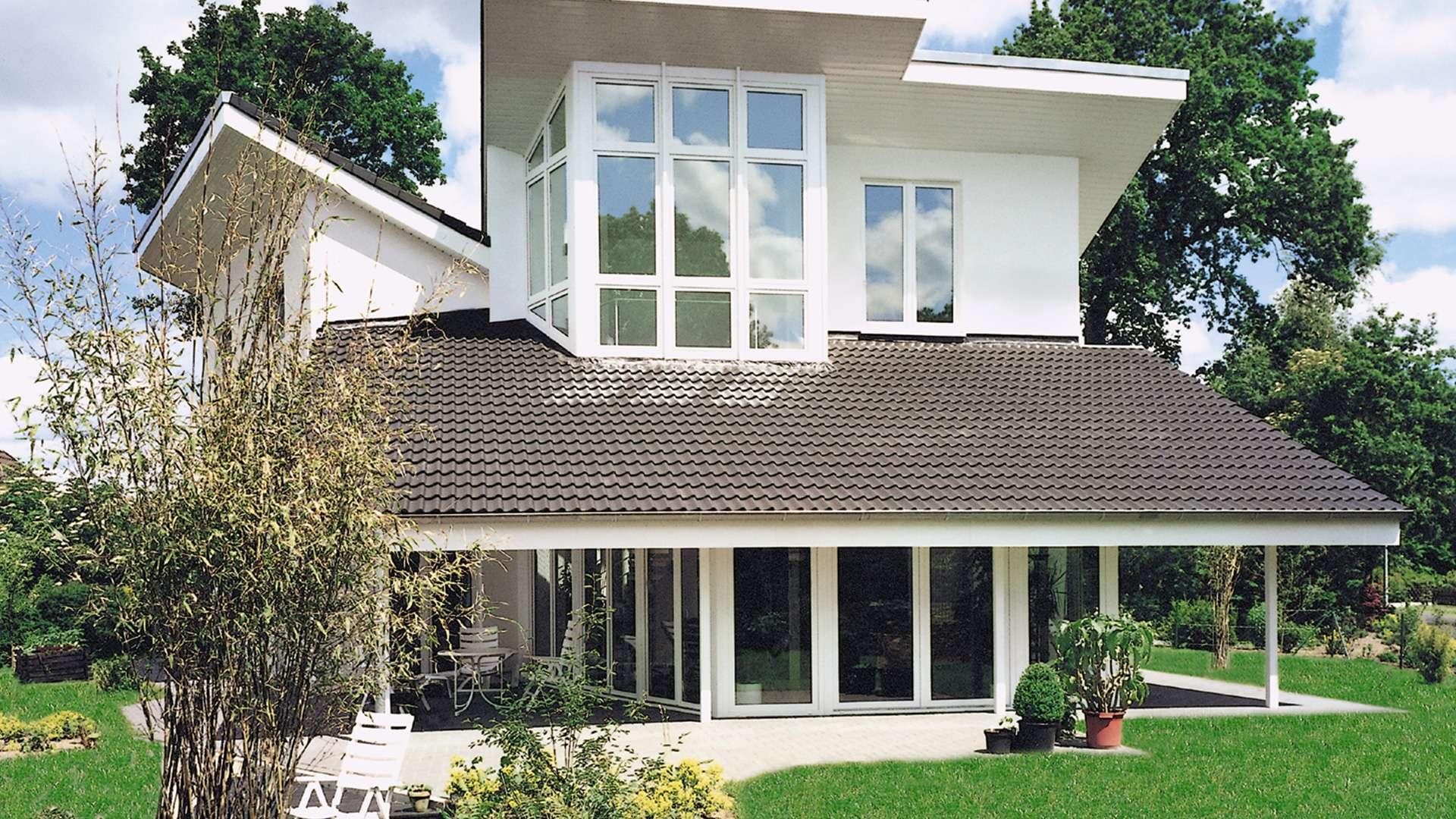 Modernes Haus mit vielen bodentiefen Fenstern