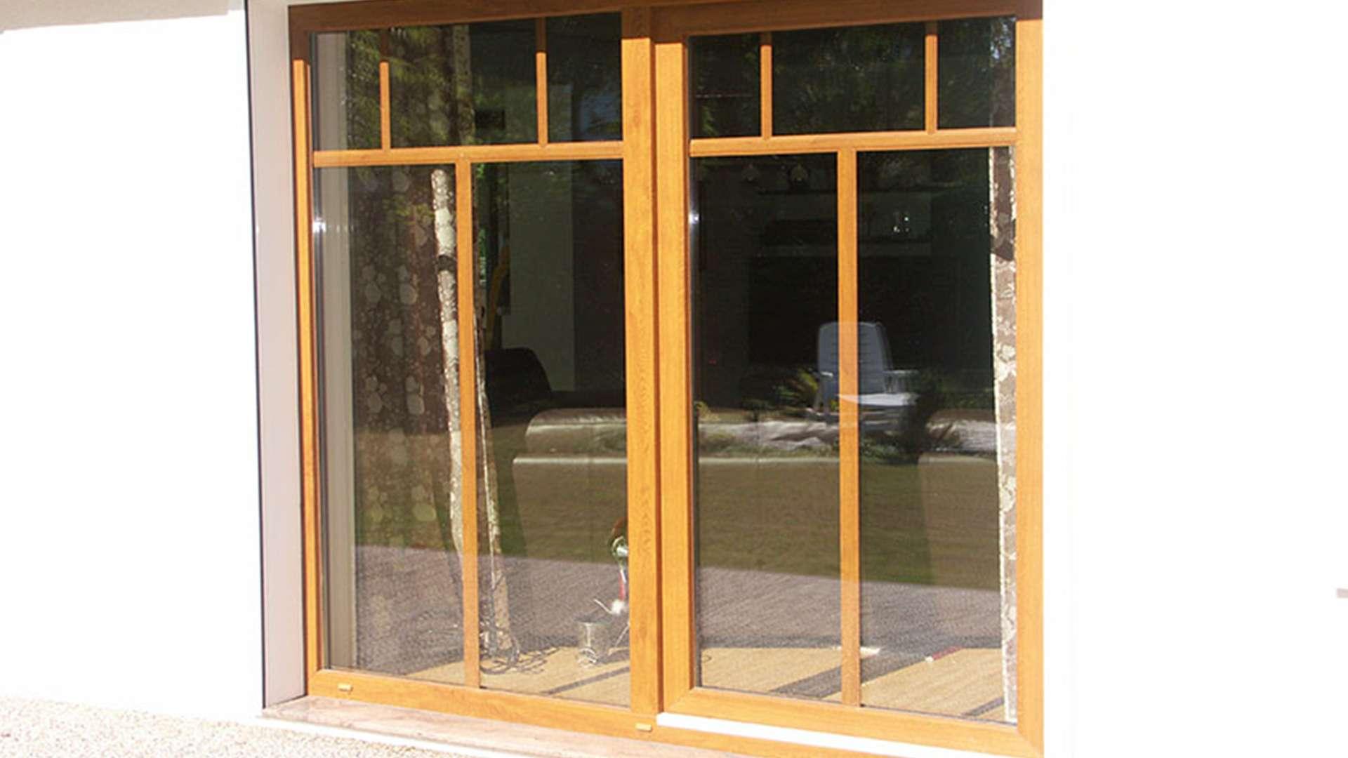 zwei Holzfenster mit Sprossen