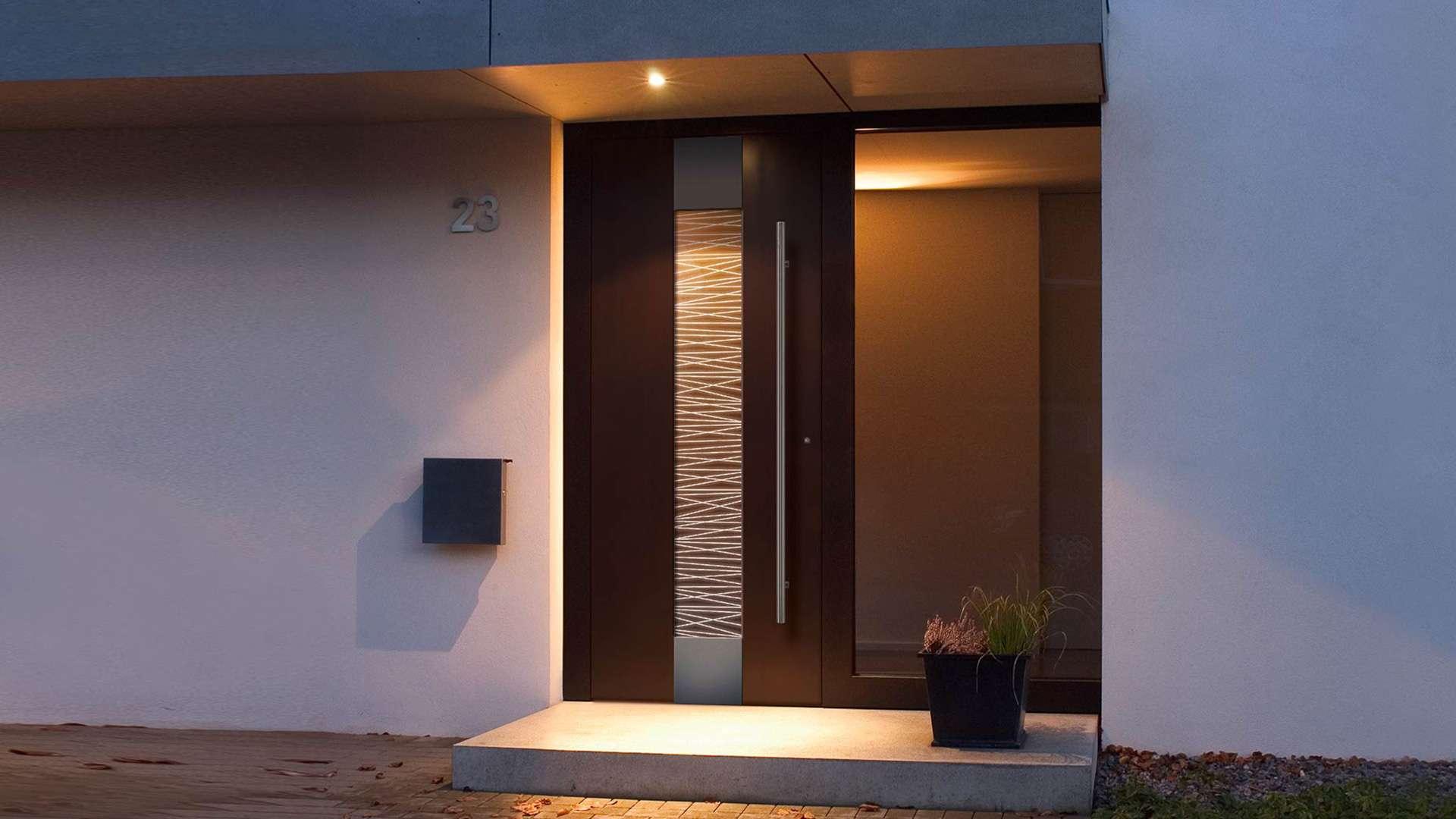 beleuchtete Haustür in weißer Fassade