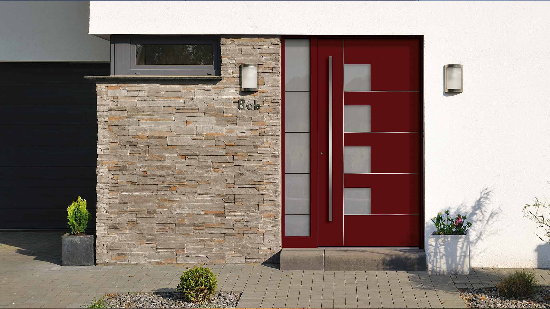 rote Haustür mit Glaselement auf der linken Seite in weißer Fassade