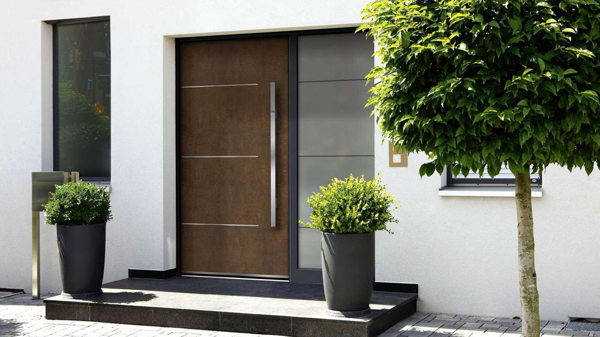 braue Haustür mit Glaselement auf der rechten Seite in weißer Fassade