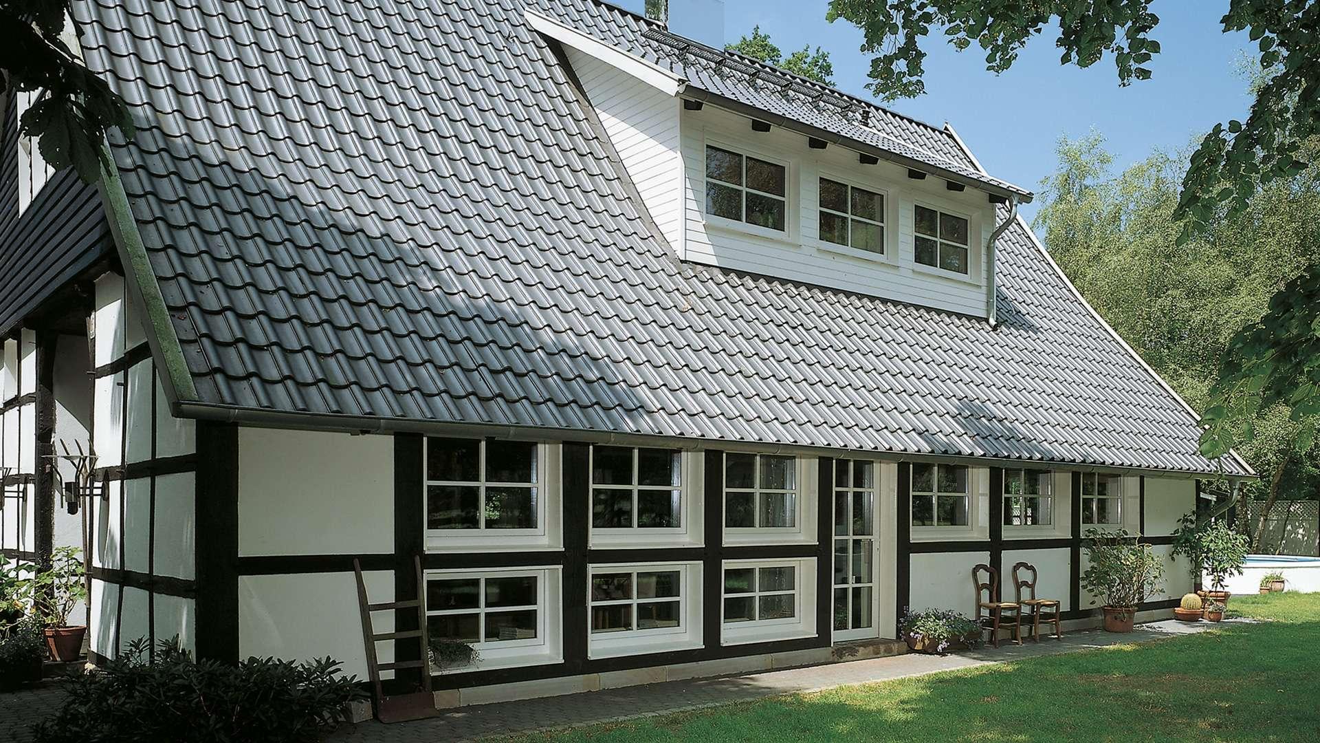 Fachwerkhaus mit vielen Sprossenfenstern