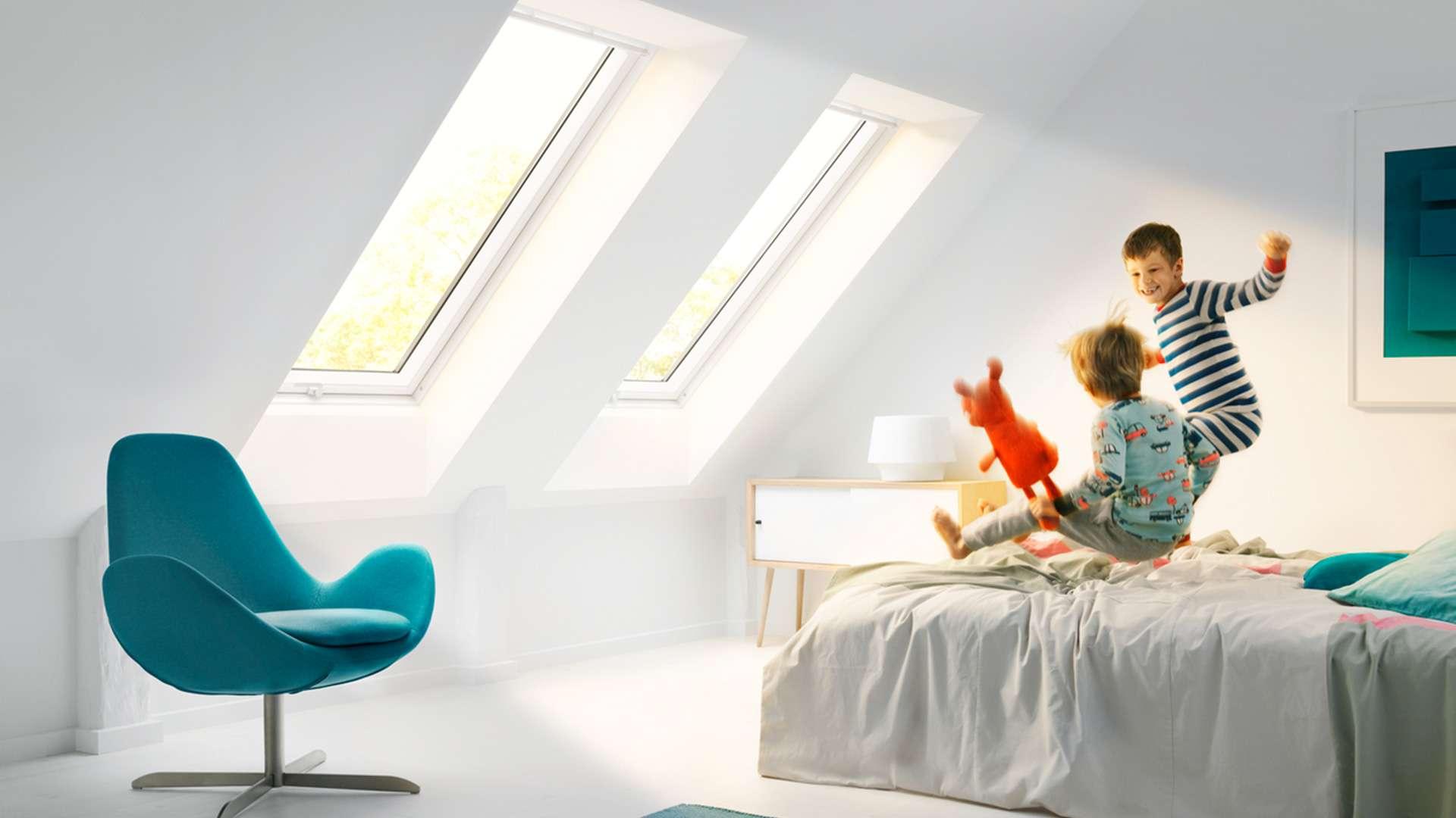 zwei Klapp-Schwing-Fenster in einer Dachschräge eines Schlafzimmers