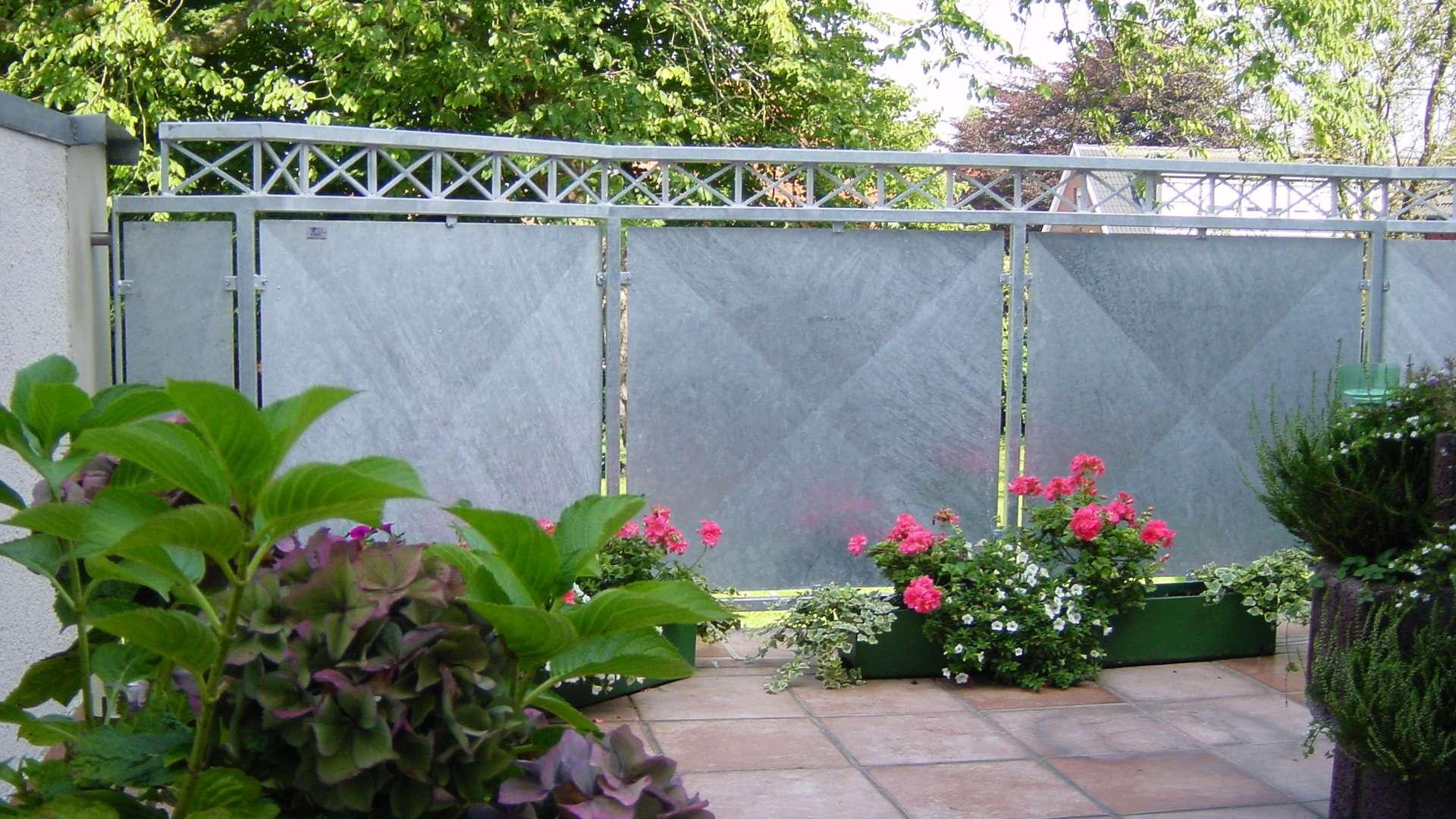 Sichtschutzwände aus Metall um eine Terrasse