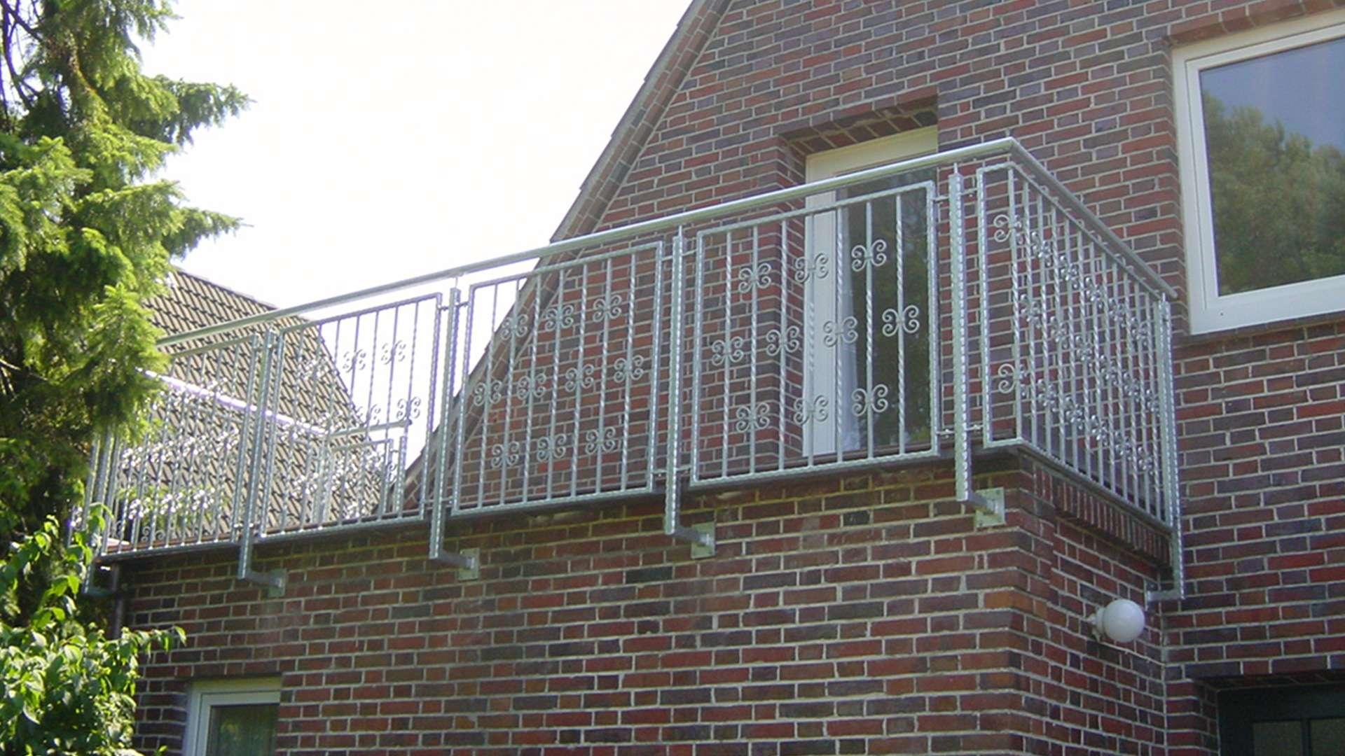 Balkon mit Metallgeländer an einem Wohnhaus