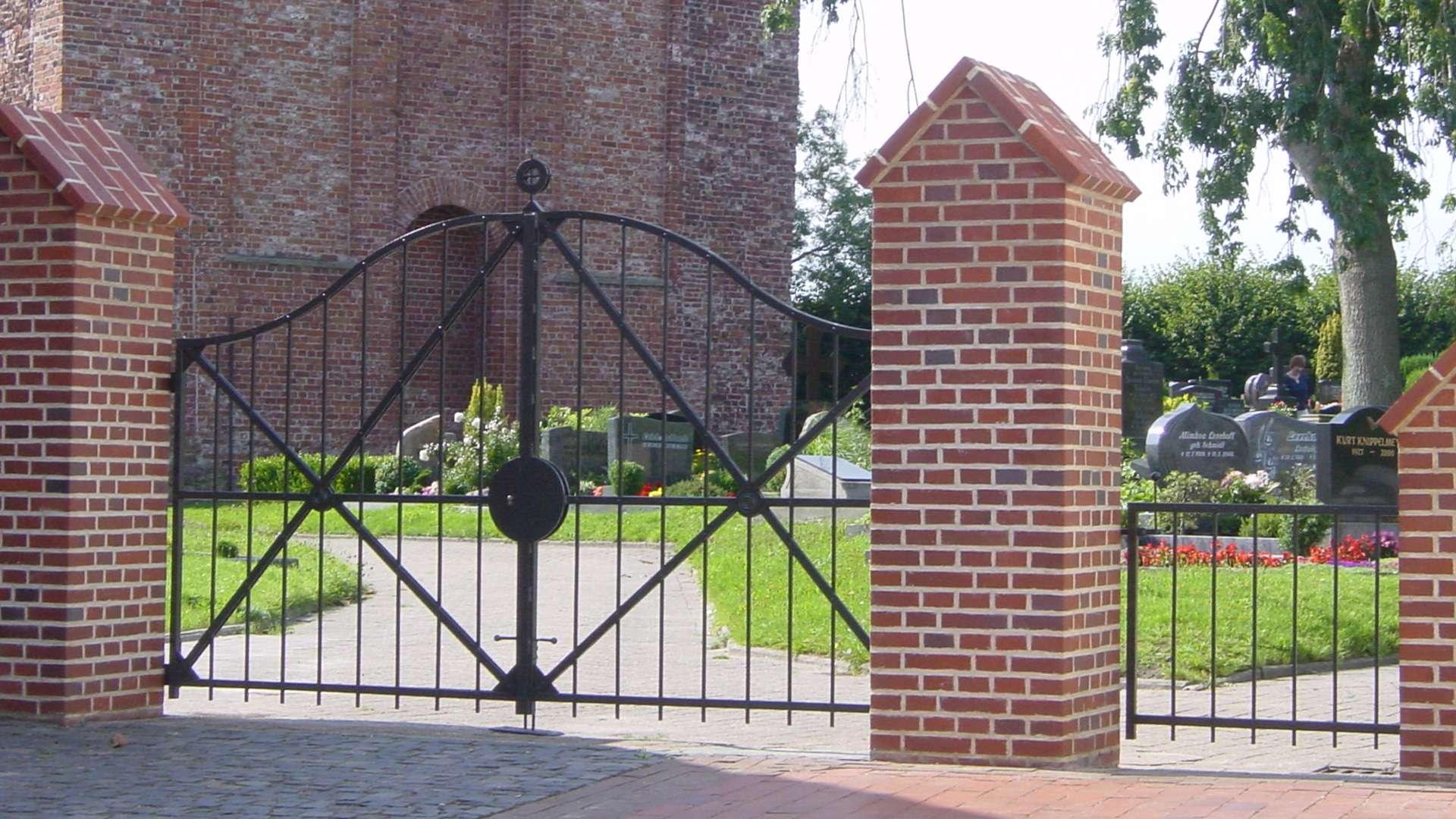 Metalltor zu einem Friedhof
