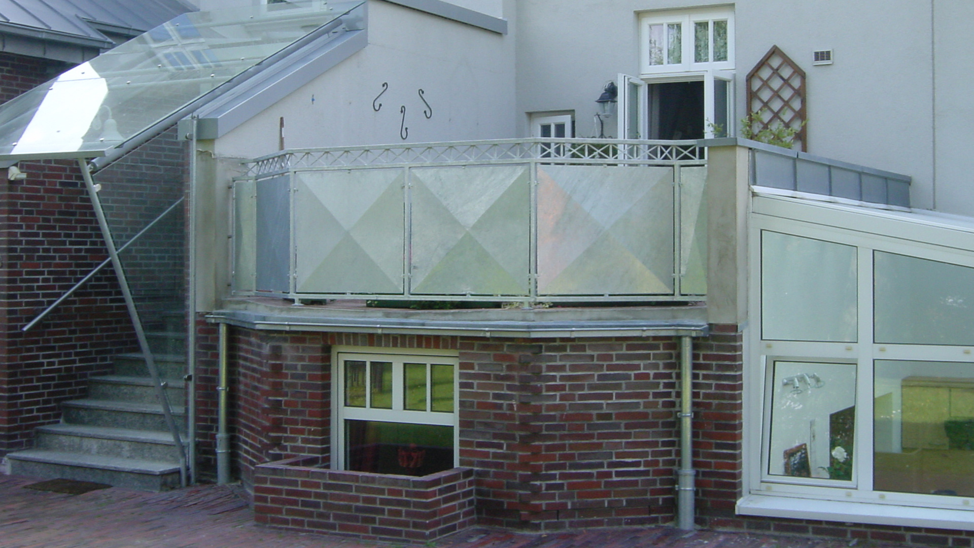 Terrasse mit Metallbrüstung an einem Wohnhaus