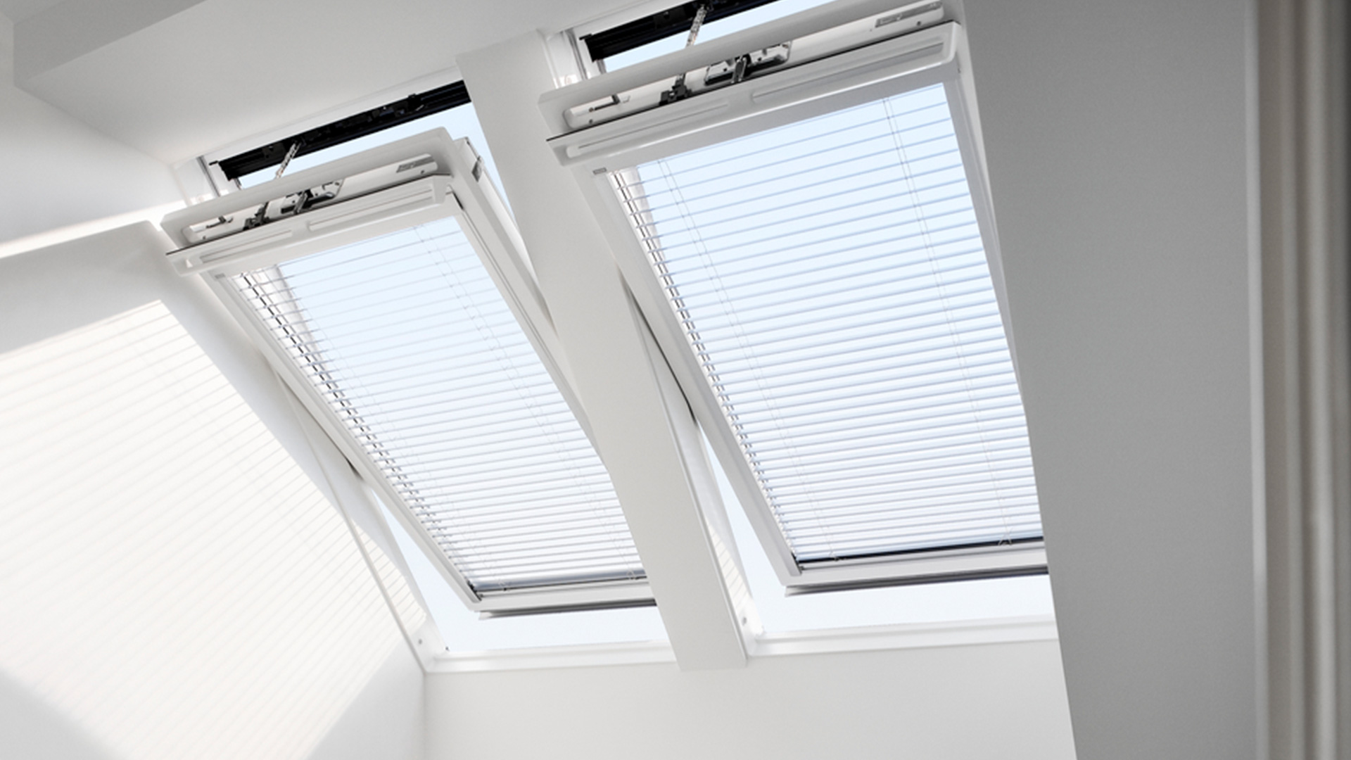 zwei geöffnete VELUX INTEGRA® Dachfenster mit Plissees