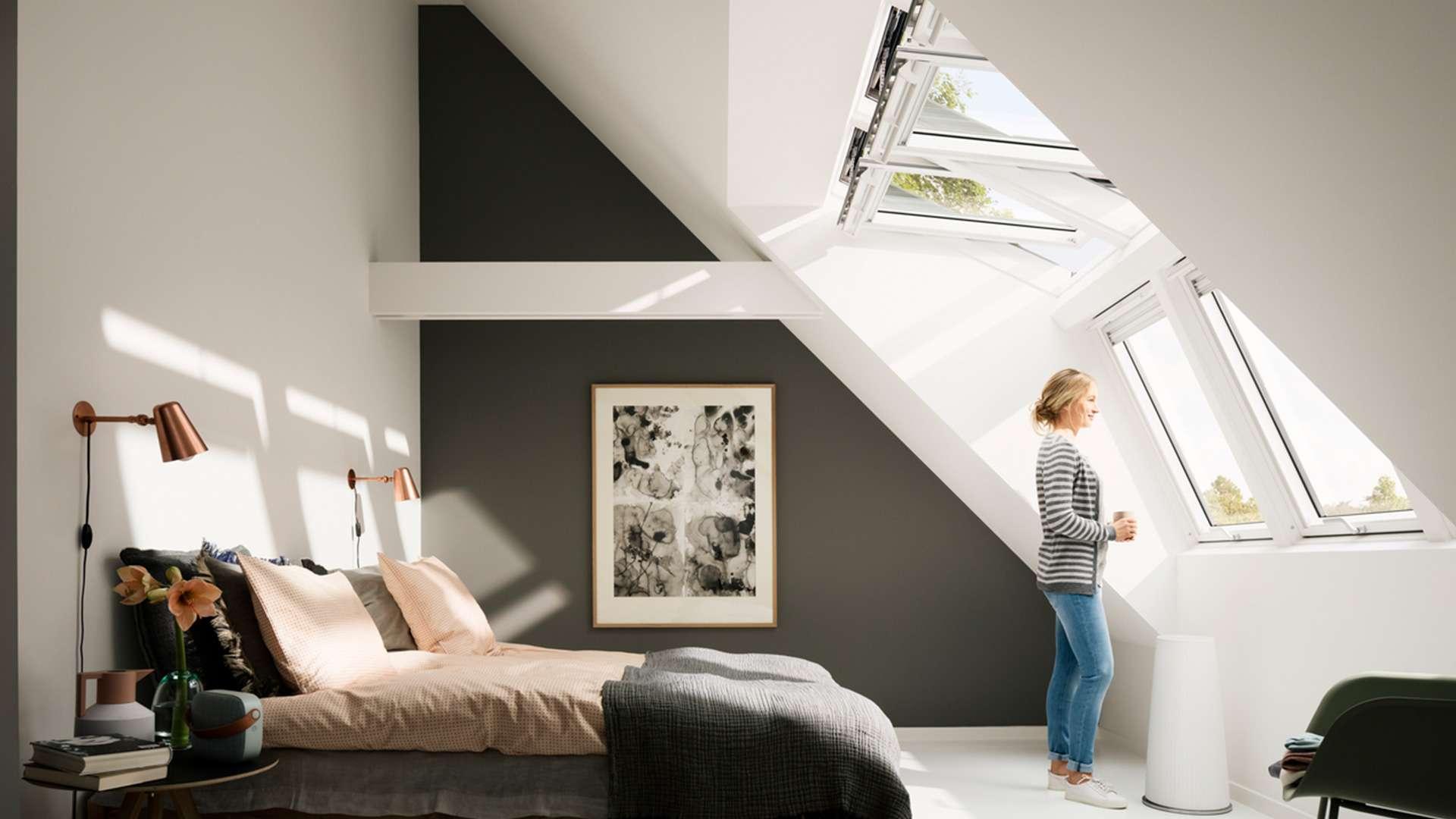 Schlafzimmer mit drei VELUX INTEGRA® Dachfensters
