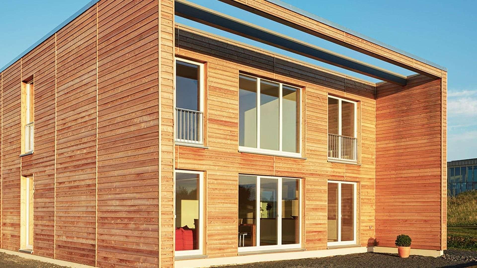 Fenster in einem Holzhaus.