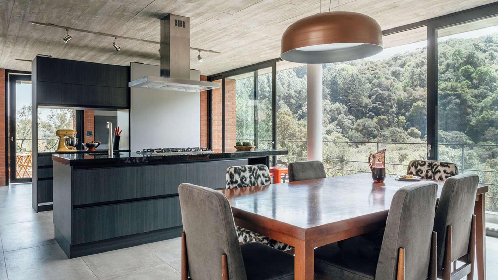 Küche mit Kochinsel und Esstisch
