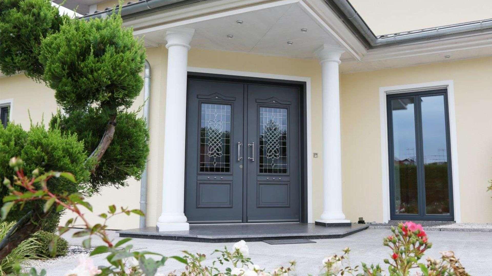 Villa mit grauer Doppelflügel-Haustür
