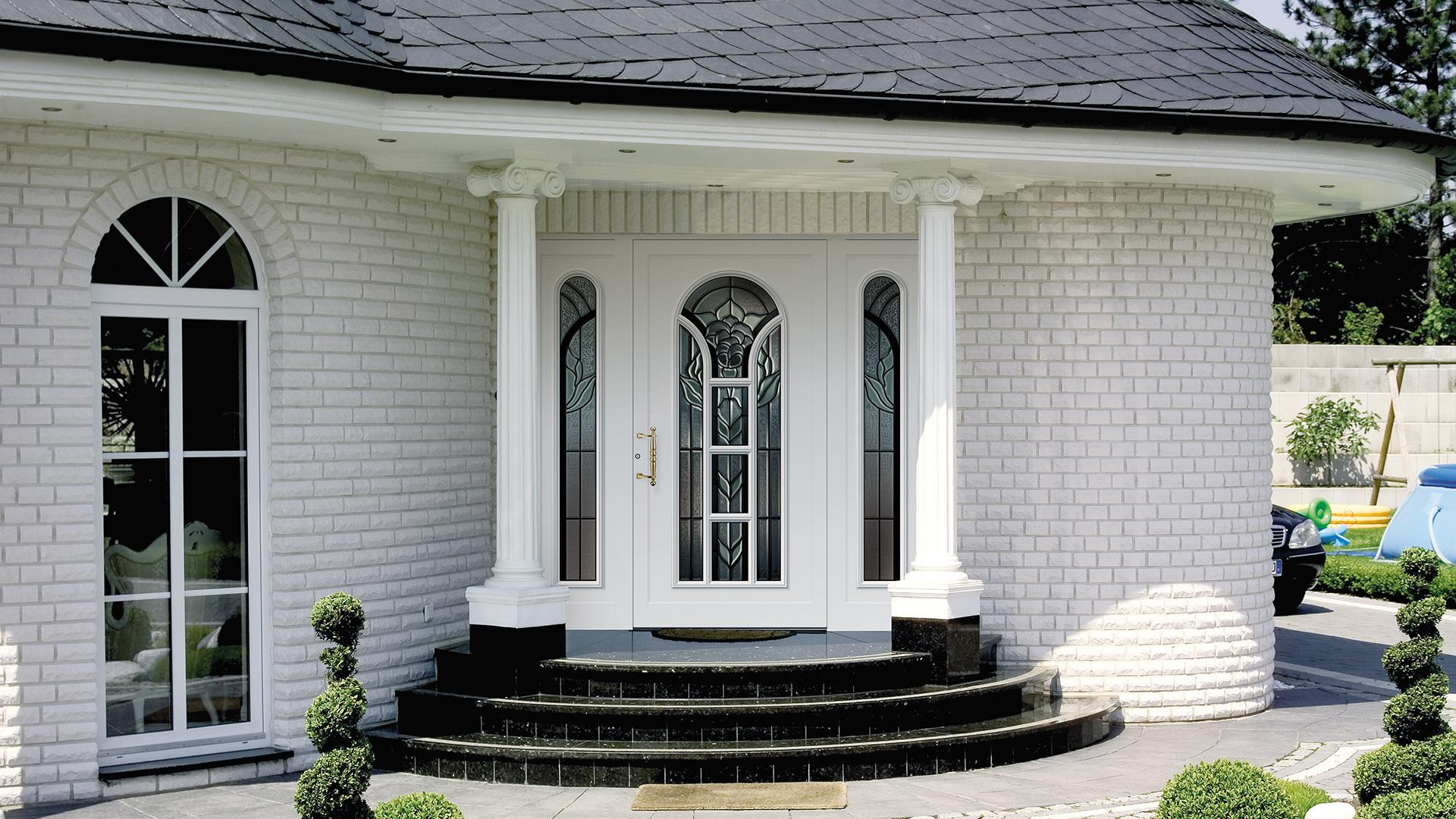 weiße Haustür mit Treppenstufen und Säulen
