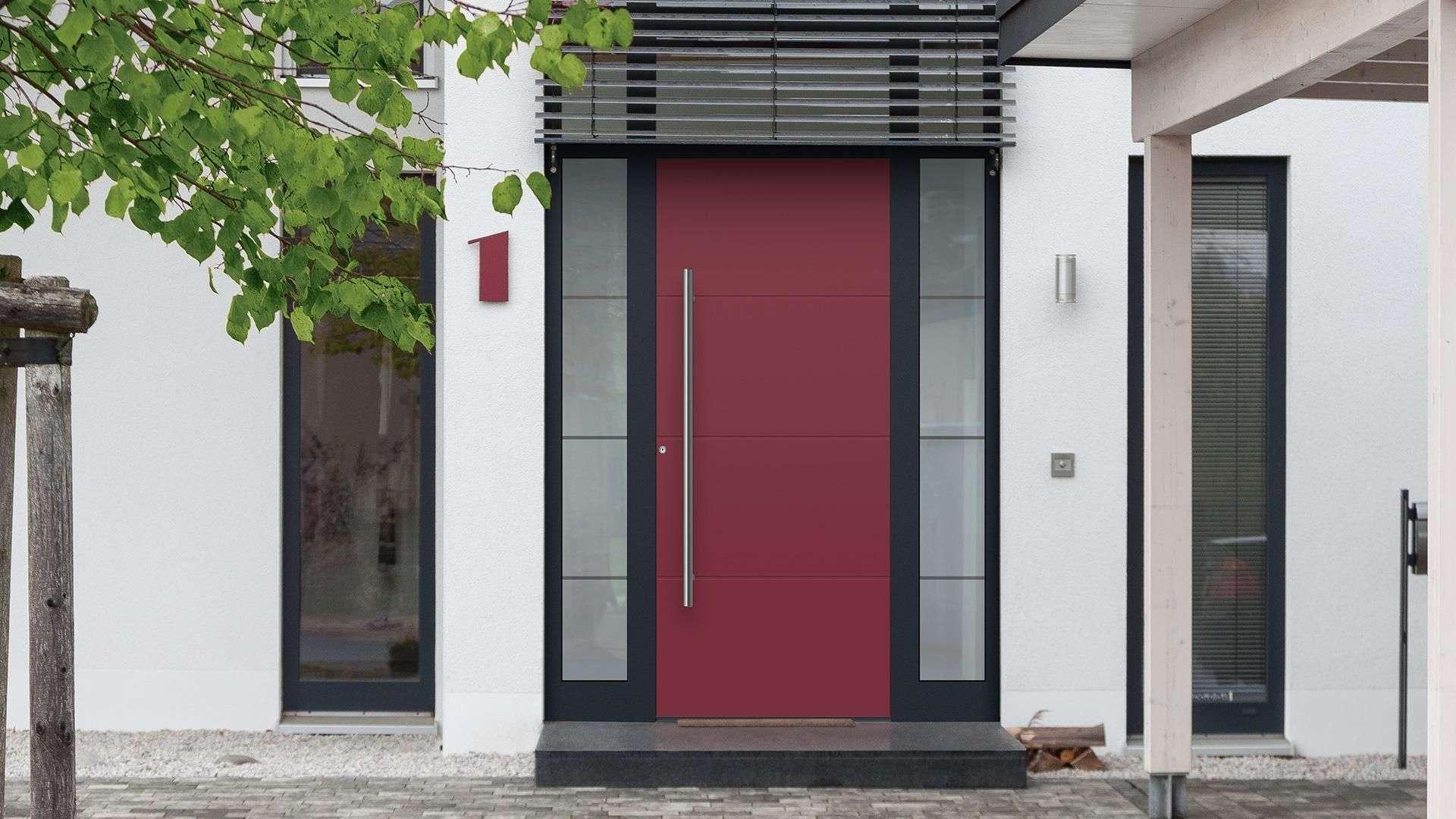 Rote Haustür mit Seitenteilen aus Glas im grauen Rahmen in weißer Fassade