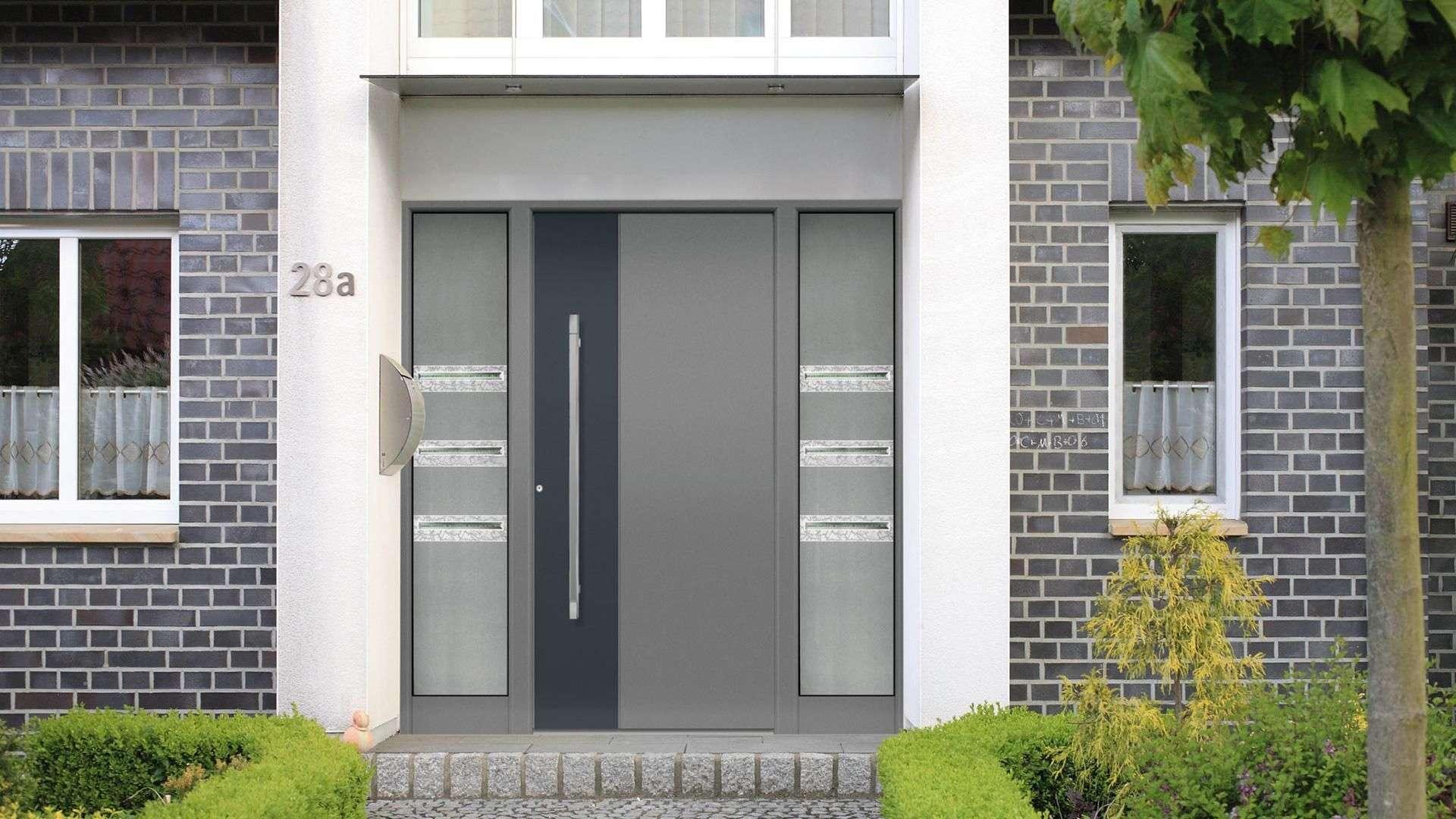 Haustür in Grau mit Glaselementen im Seitenteil