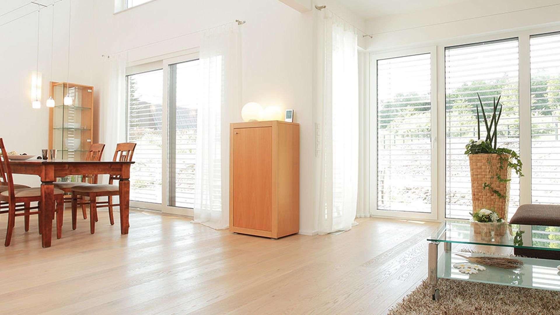 helles Wohnzimmer mit Rollos an den Fenstern