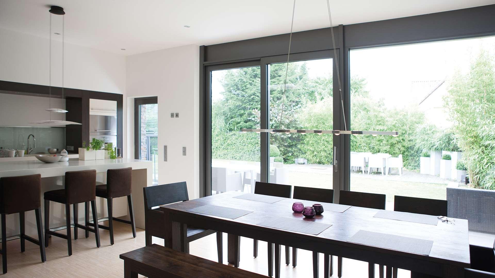 Innenansicht einer Küche mit bodentiefen Gayko-Fenstern