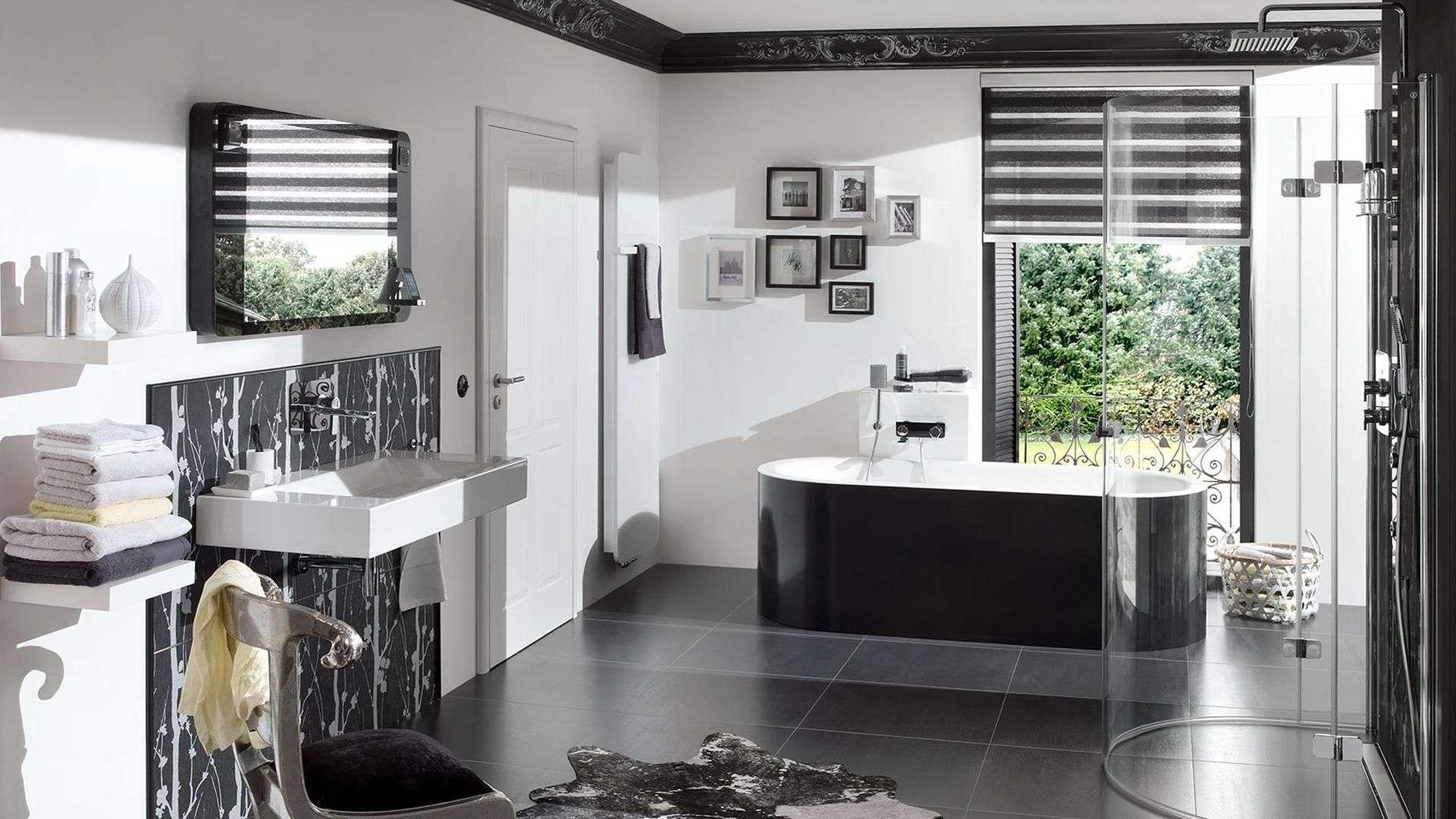 Modernes Badezimmer mit schwarzem Rollo