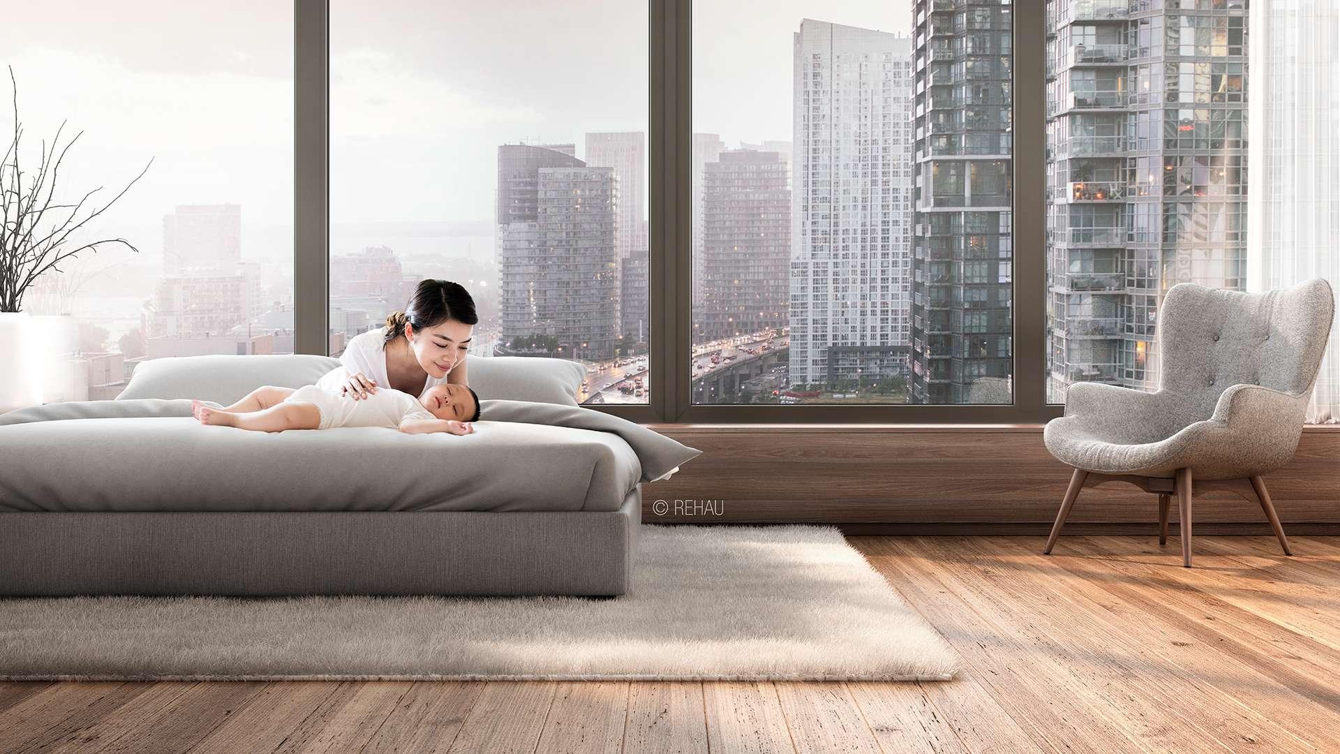 Frau liegt auf Bett vor einer Fensterfront mit Blick auf Großstadt