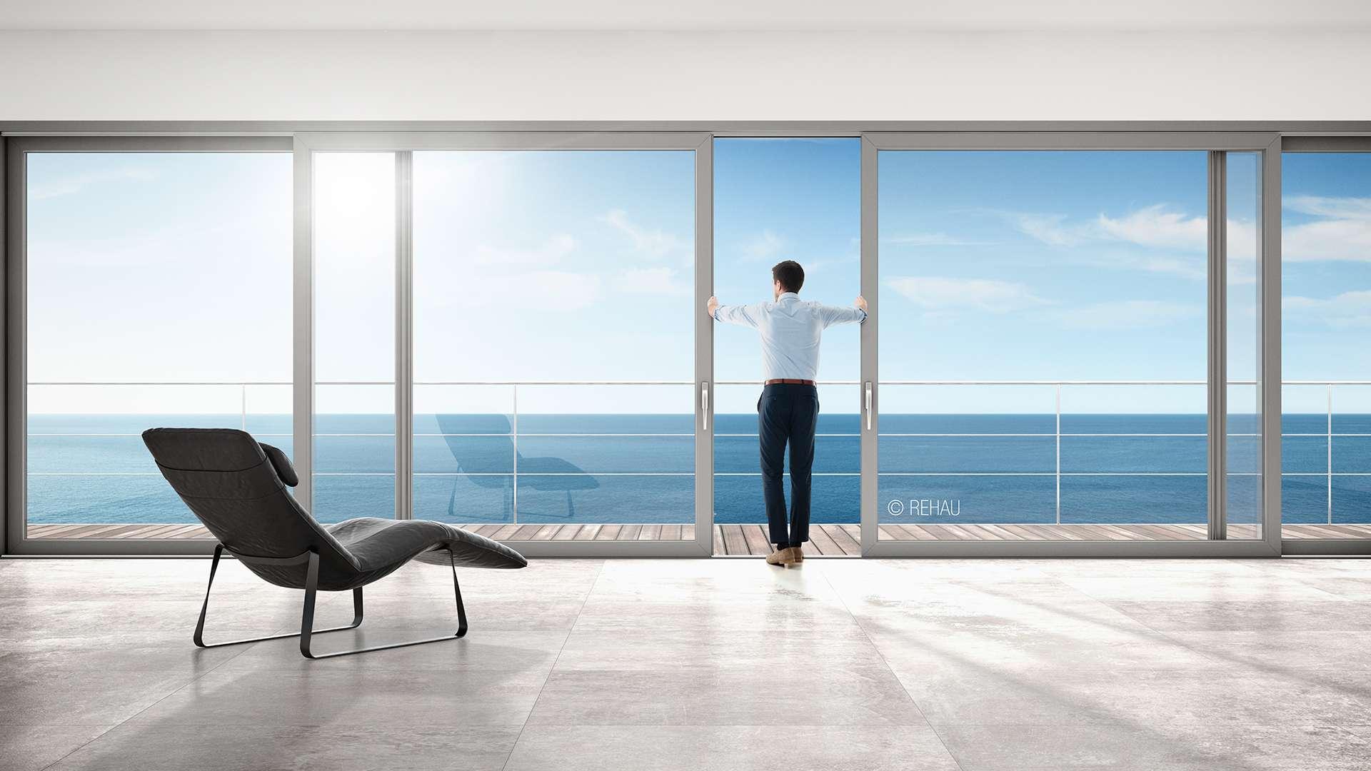 Mann öffnet große Fensterfront mit Balkon