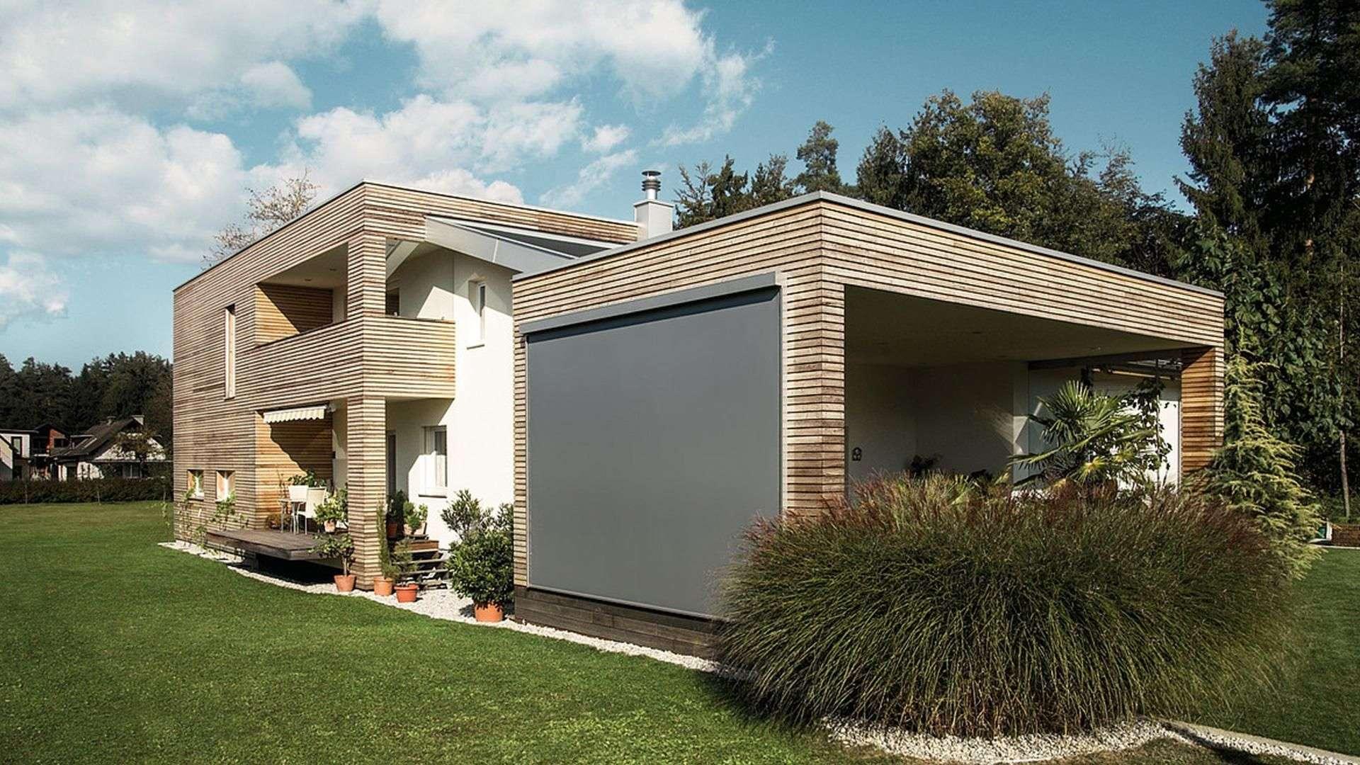 Textilscreen am Haus als Schutz vor Sonneneinstrahlung.