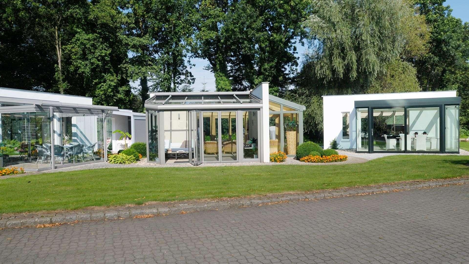Drei verglaste Wintergärten auf der Ausstellung von Dürbusch in Potsdam bei Berlin.