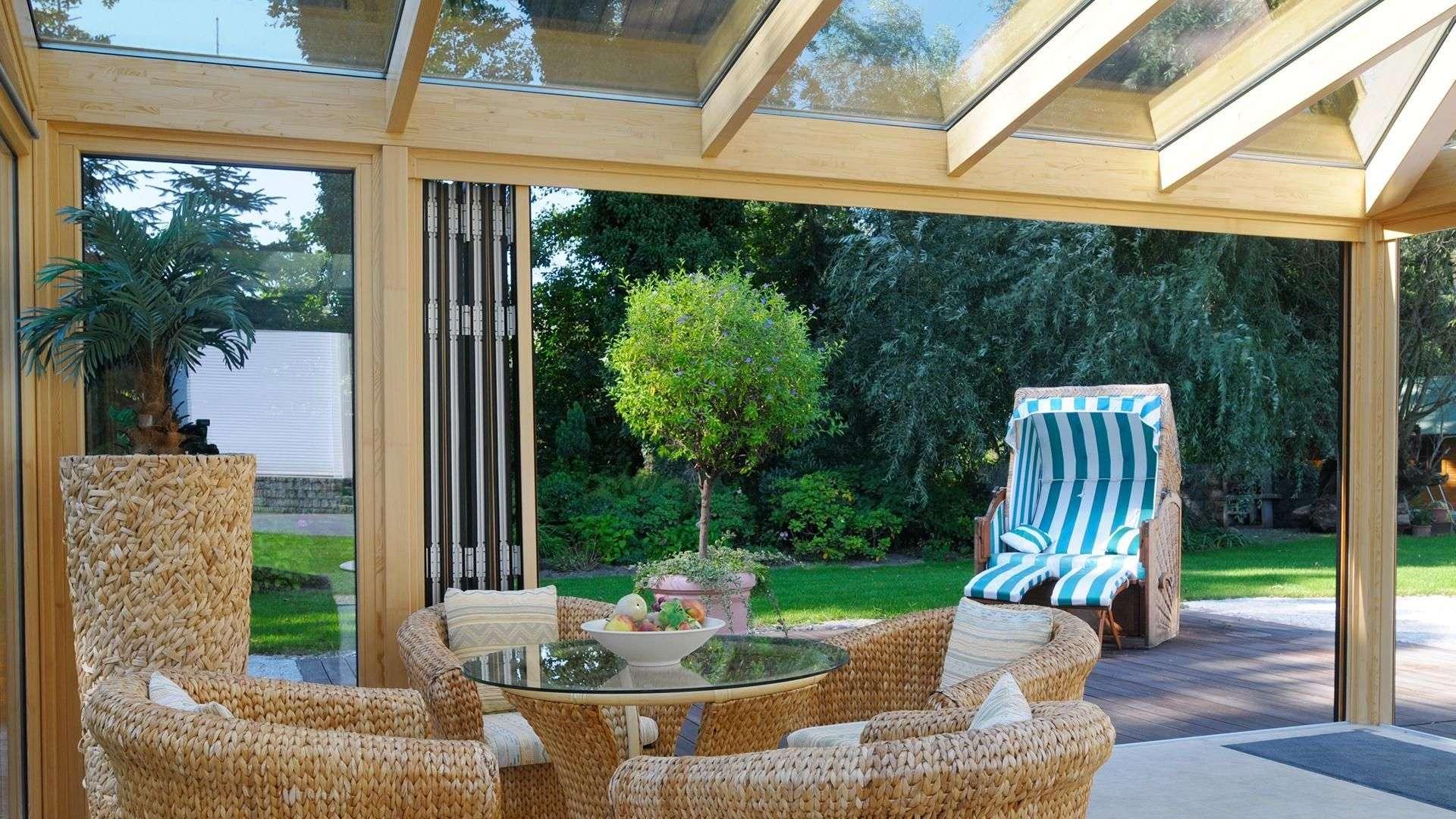 Innenansicht Wintergarten mit Sitzgruppe und geöffneter Glas-Faltwand