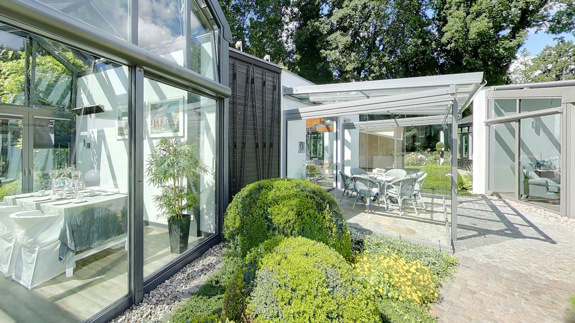Drei großflächig verglaste Wintergärten in der Ausstellung von Dürbusch in Potsdamm
