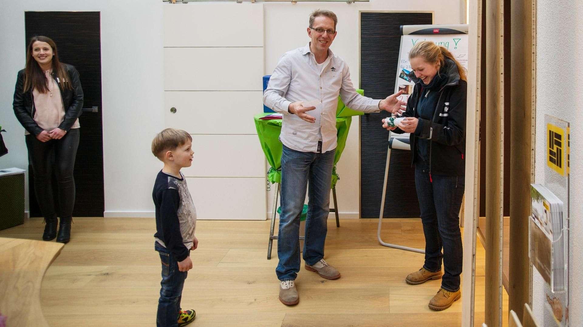 """Frau Fiona Jewess aus Lindwedel freut sich über das """"Italienische Paket"""", den 2. Preis der Verlosung"""