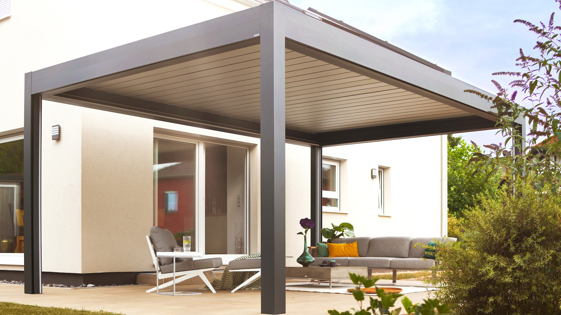 Lamellendach auf einer Terrasse an einem Wohnhaus