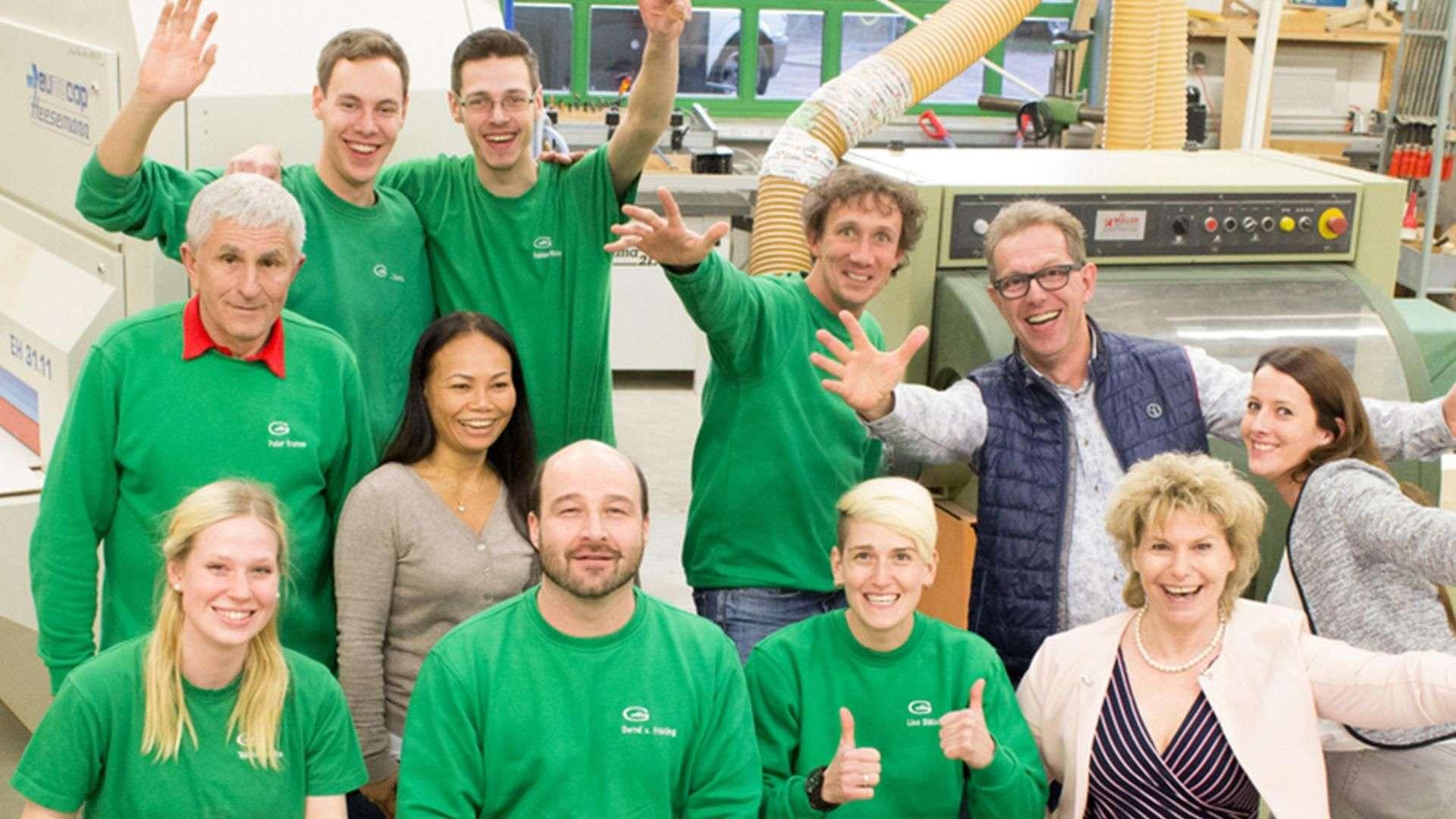 Gruppenbild der Gleue Mitarbeiter in deren Produktion in Lindwedel
